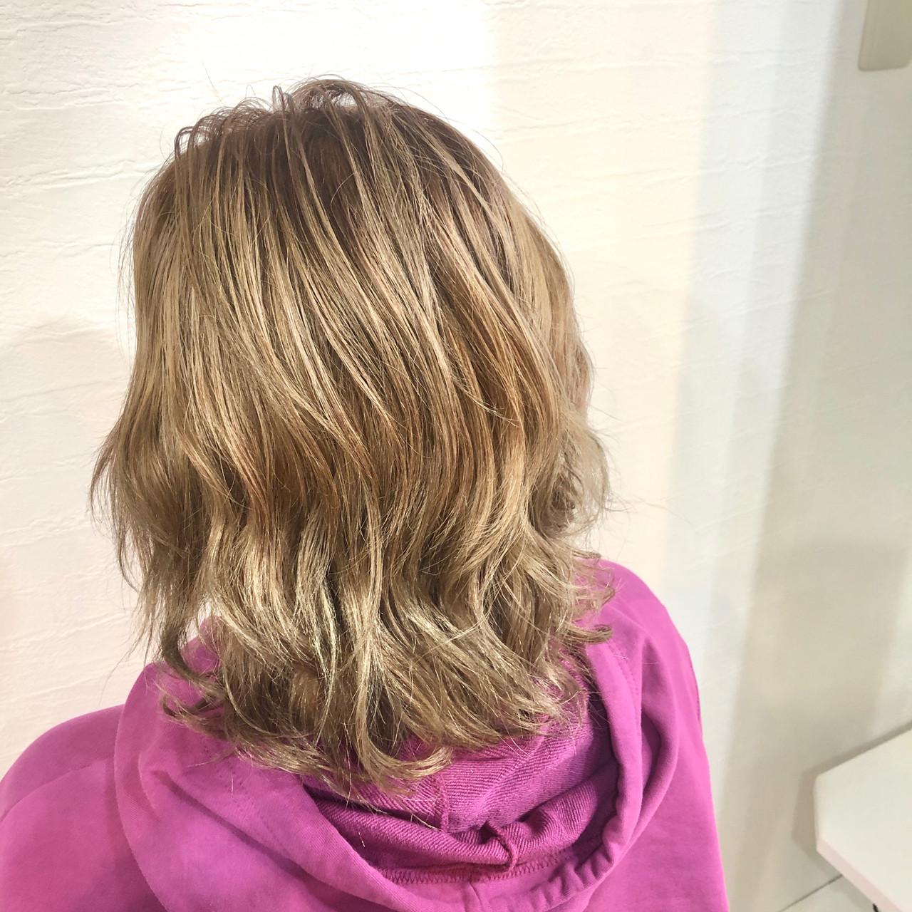 ミディアム ハイトーン ミルクティーベージュ ブリーチ ヘアスタイルや髪型の写真・画像