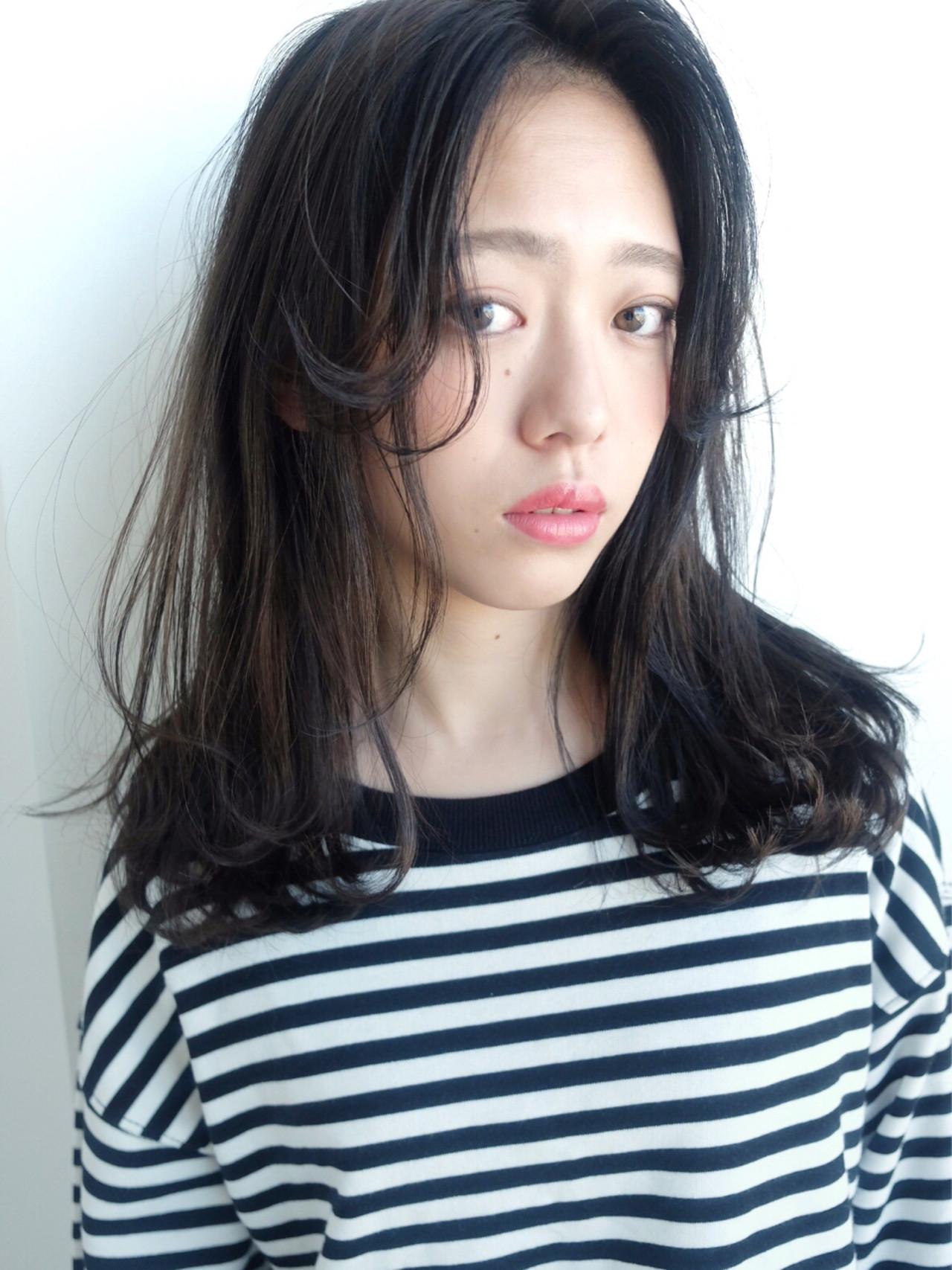 前髪の長さとはね感がかわいい❤️ ストレートでもオシャレに決まるミディアムヘア☆