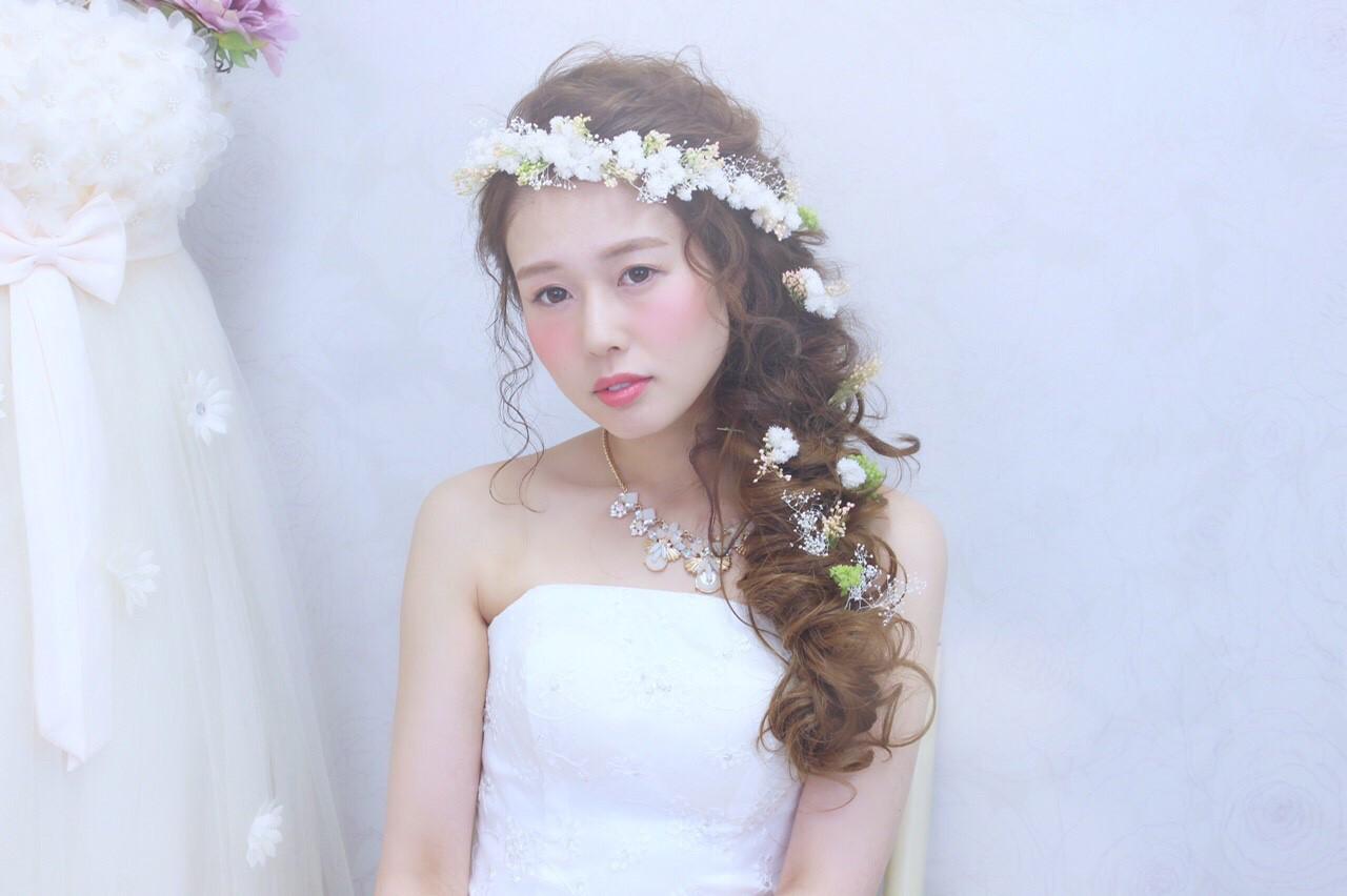 セミロング ヘアアレンジ 花 ブライダル ヘアスタイルや髪型の写真・画像 | 桐谷 芽依 /