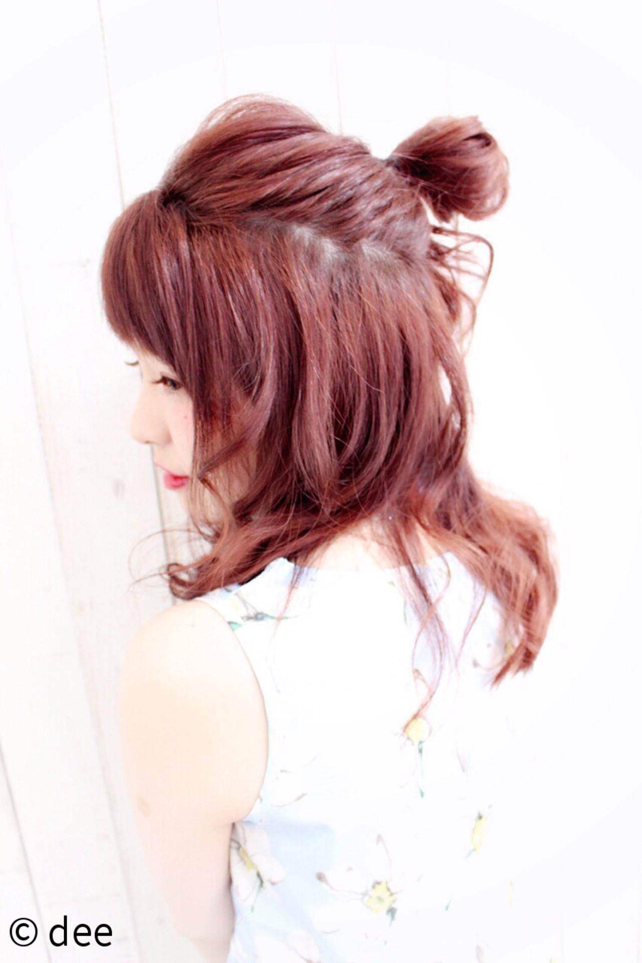 セミロング レッド お団子 メッシーバン ヘアスタイルや髪型の写真・画像   dee / dee