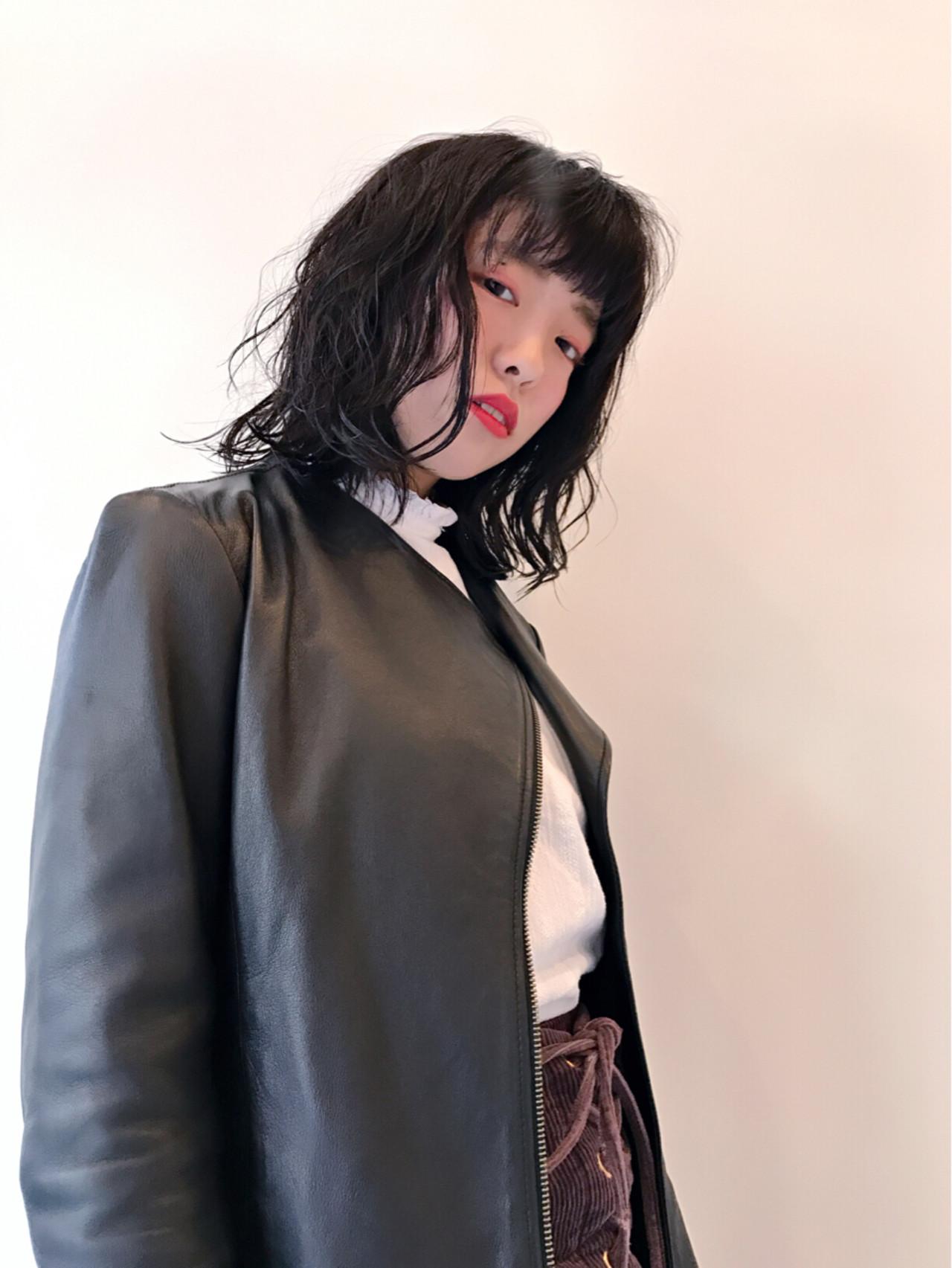 フェミニン 色気 ウェーブ ミディアム ヘアスタイルや髪型の写真・画像   Teppei / freelance
