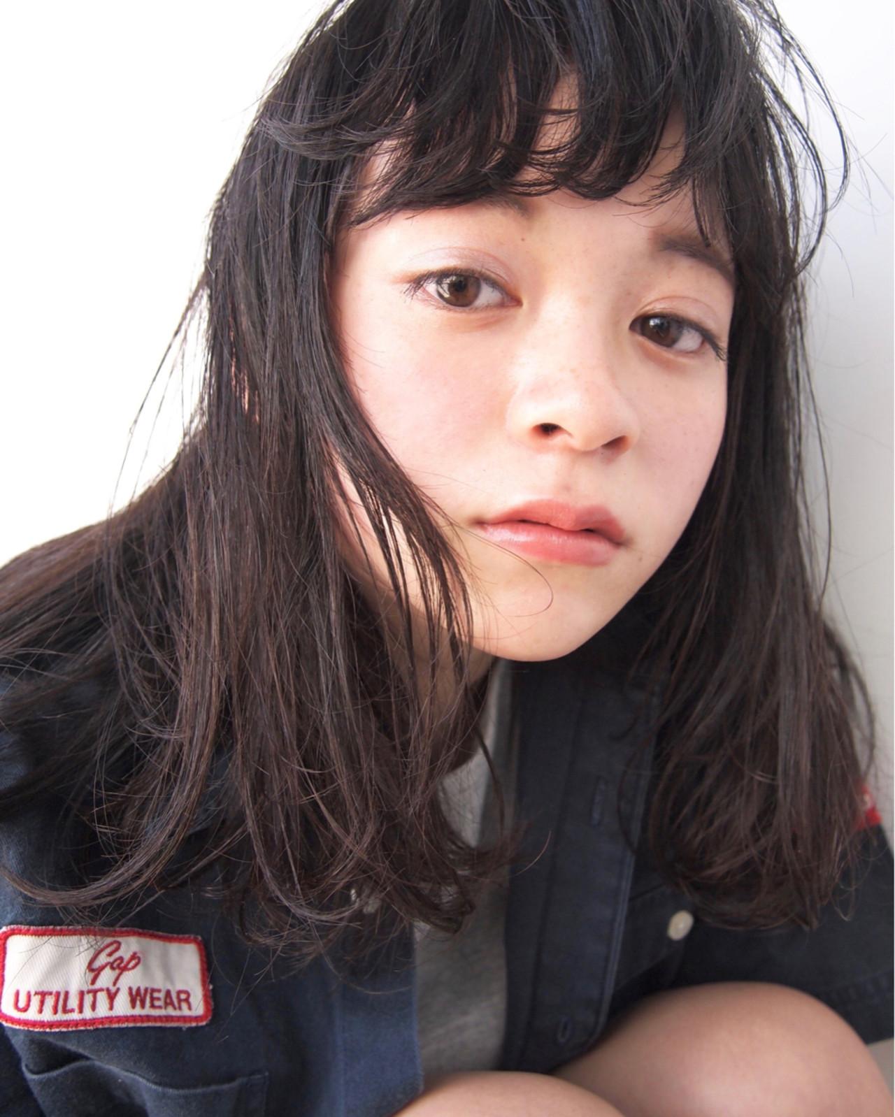 ウェーブ 黒髪 くせ毛風 アンニュイ ヘアスタイルや髪型の写真・画像