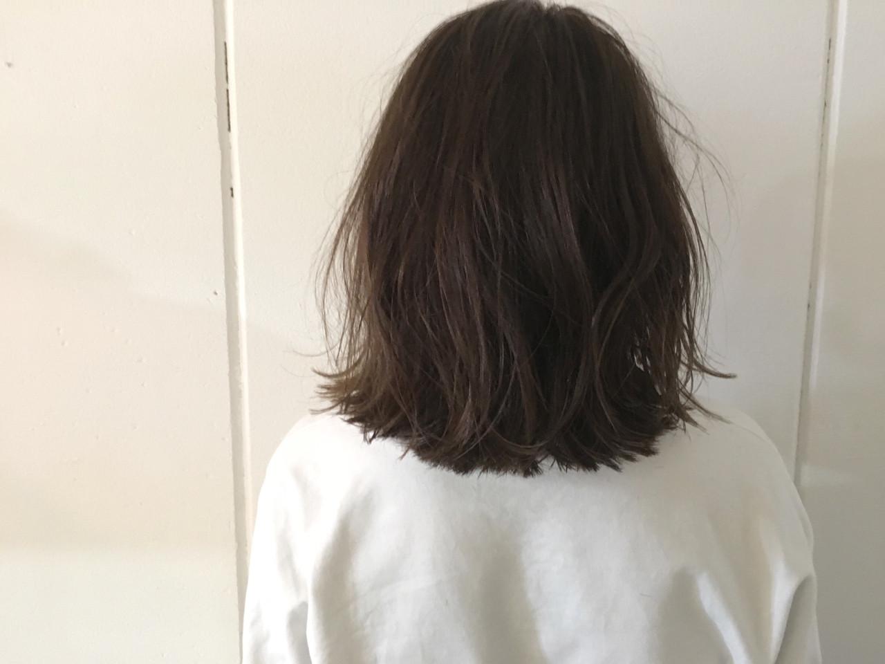 アッシュ グレージュ 暗髪 外ハネ ヘアスタイルや髪型の写真・画像