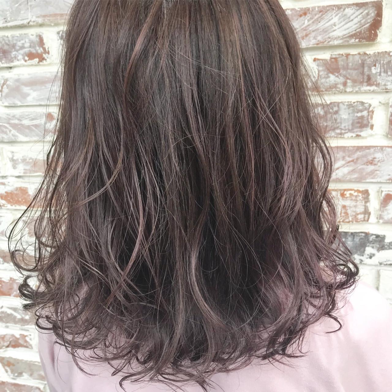 デート フェミニン グレージュ 前髪あり ヘアスタイルや髪型の写真・画像