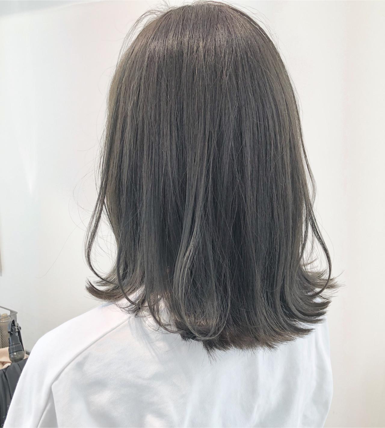 セミロング グレージュ 外ハネボブ ダークグレー ヘアスタイルや髪型の写真・画像   市岡 久 / BLANCOtres