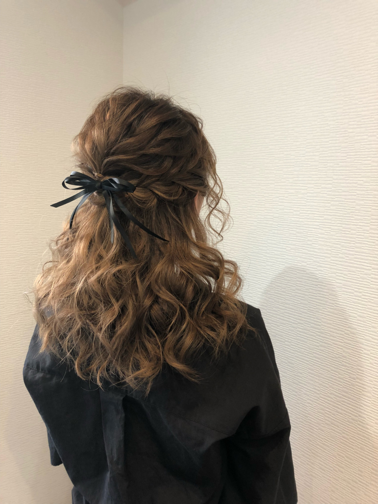 編み込み フェミニン ヘアアレンジ ミディアム ヘアスタイルや髪型の写真・画像 | mai / HAIR SALON STELLA