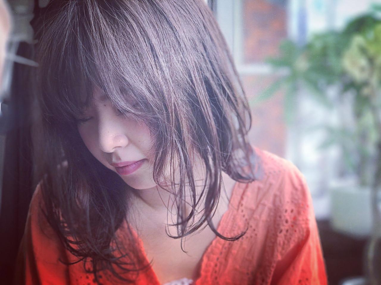 ウェーブ ネイビー 梅雨 セミロング ヘアスタイルや髪型の写真・画像 | カワマタ リョウスケ / w h i t e . 梅田
