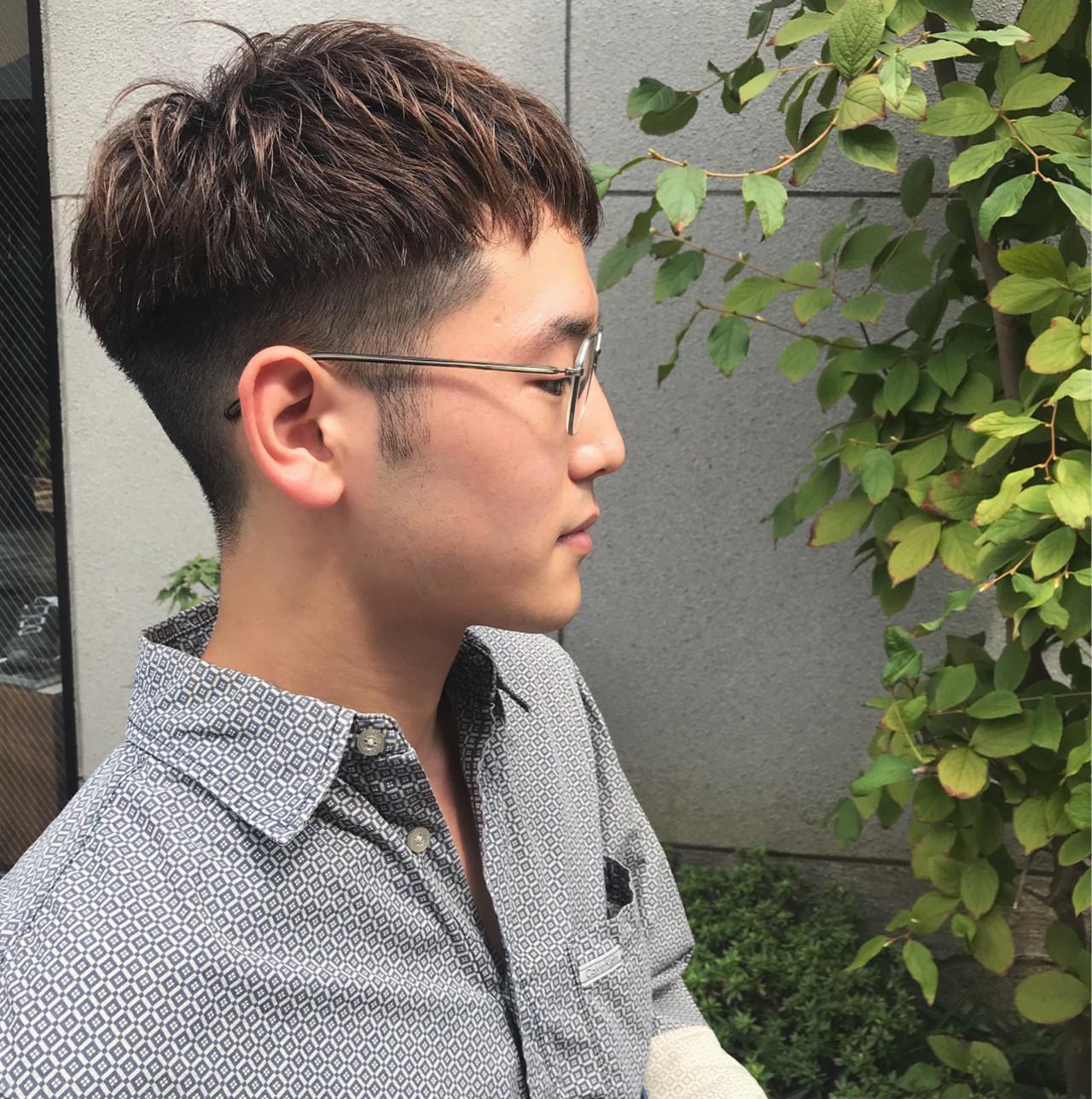 メガネをかけた清潔感のあるツーブロックスタイルの男性