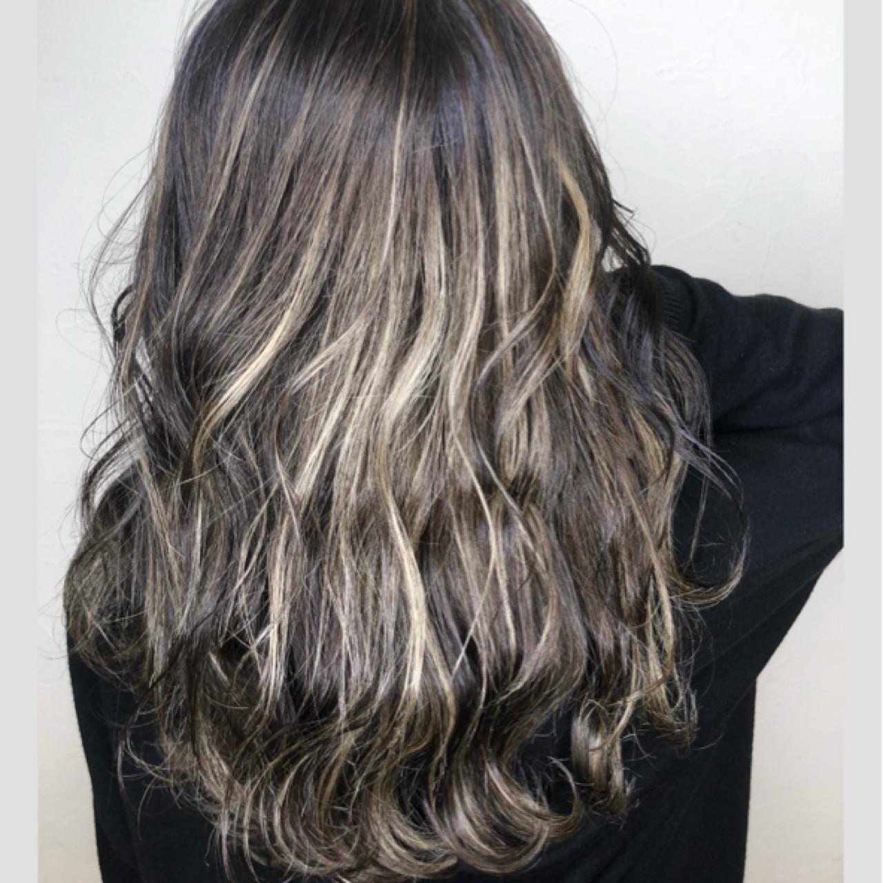 ミルクティーベージュ ウェーブ グレージュ ミディアム ヘアスタイルや髪型の写真・画像