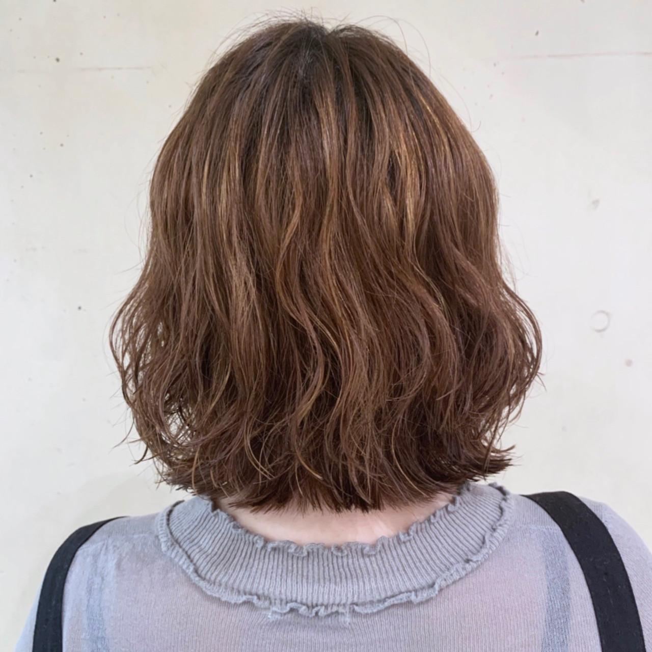 フェミニン 外ハネボブ 波ウェーブ コテ巻き風パーマ ヘアスタイルや髪型の写真・画像