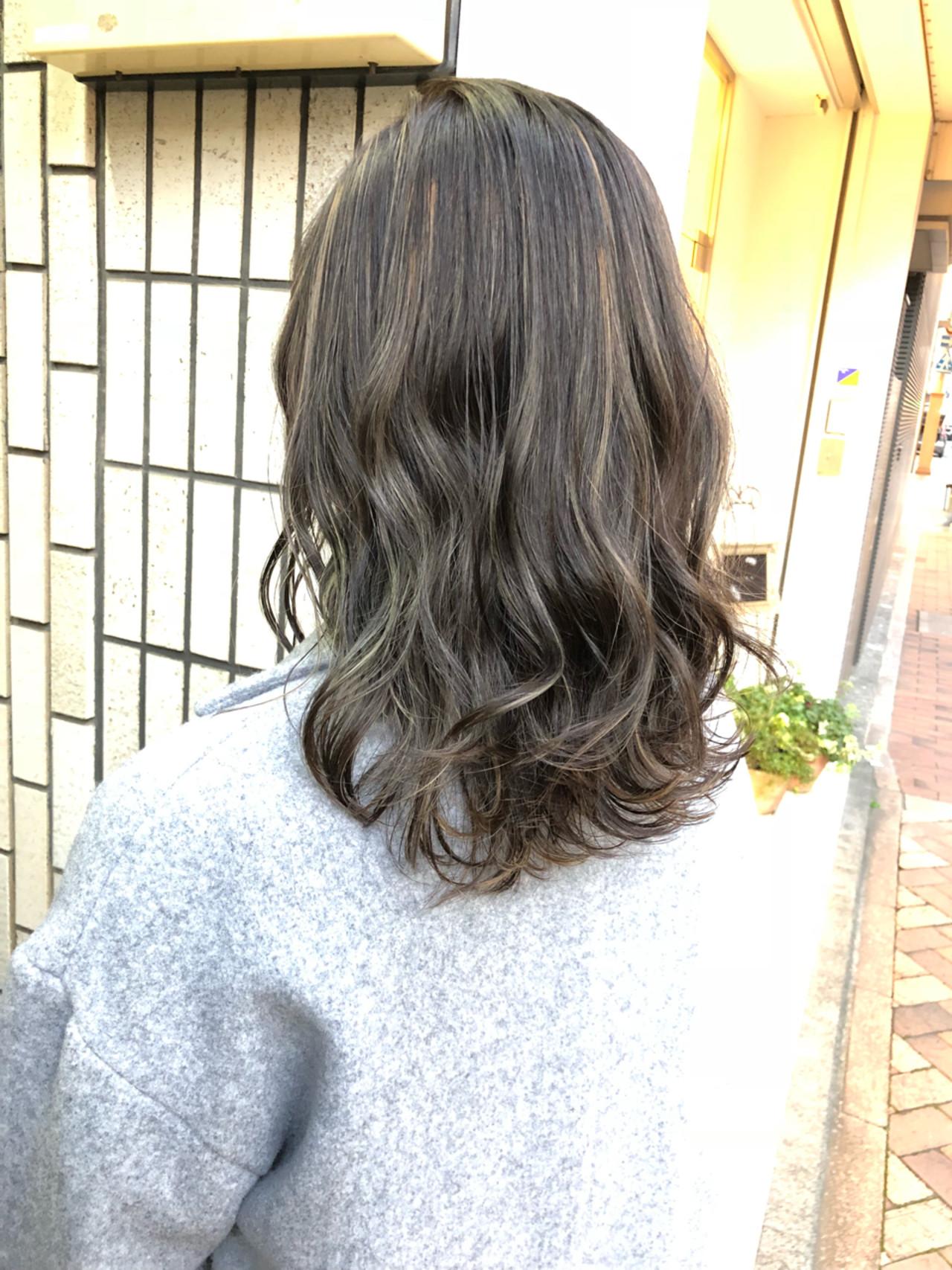 ミディアム ハイライト グレージュ ナチュラル ヘアスタイルや髪型の写真・画像 | 田渕 英和/vicushair / vicushair