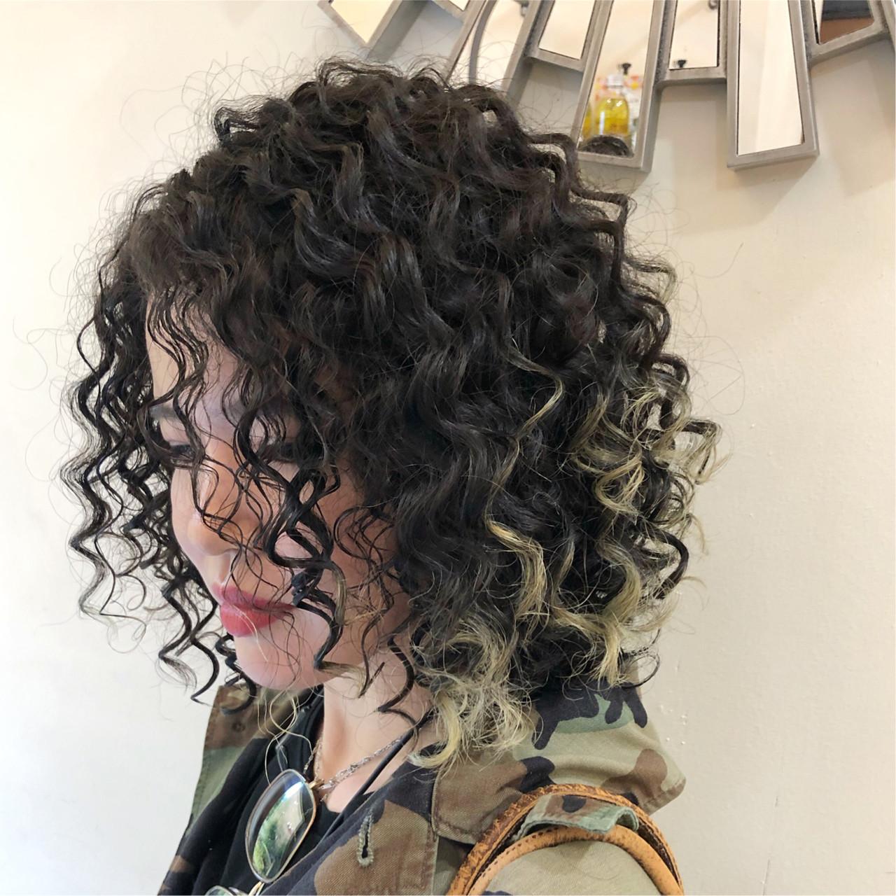 ハイライト インナーカラー グラデーションカラー スパイラルパーマ ヘアスタイルや髪型の写真・画像