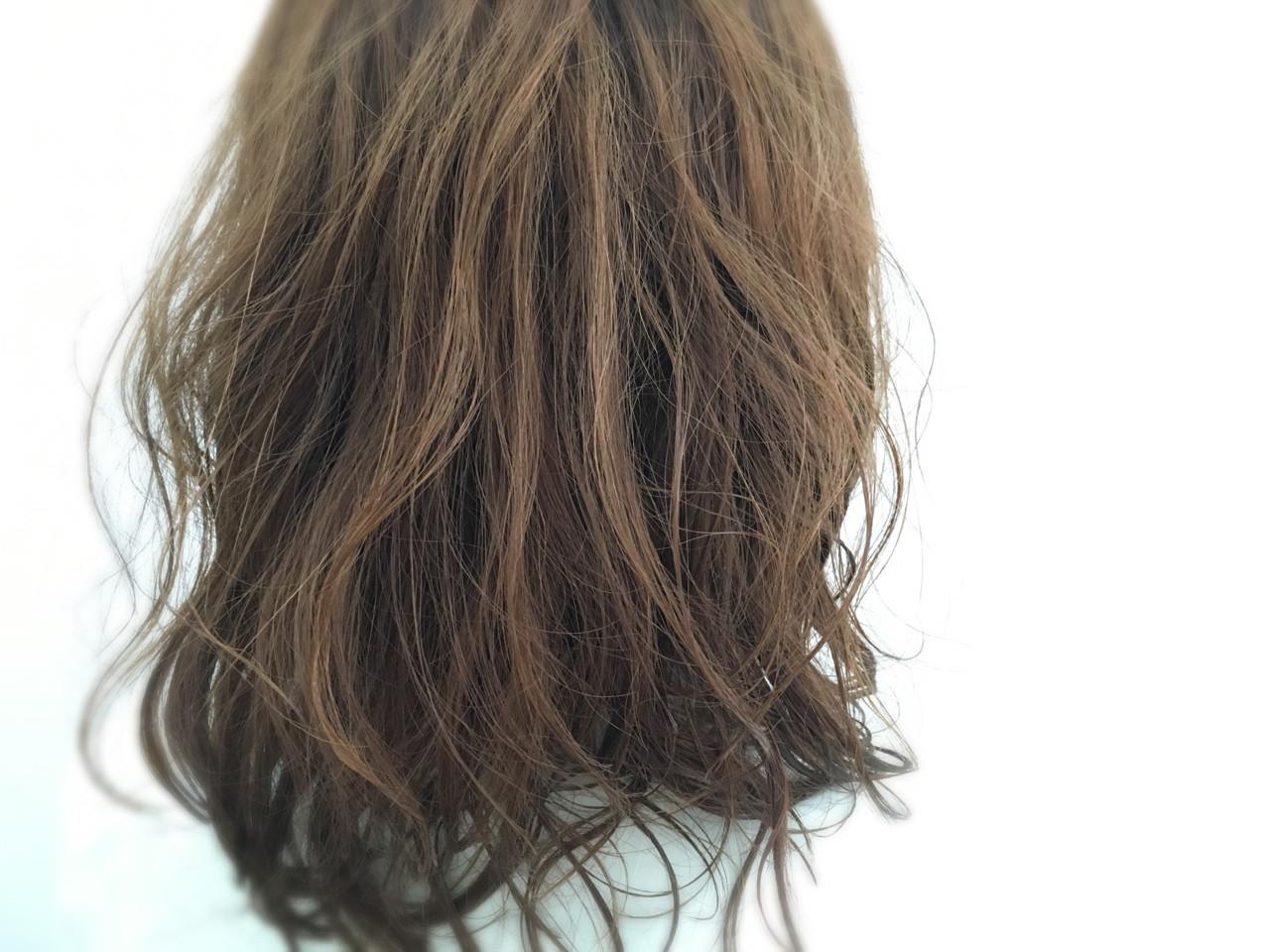 デート セミロング ナチュラル パーマ ヘアスタイルや髪型の写真・画像