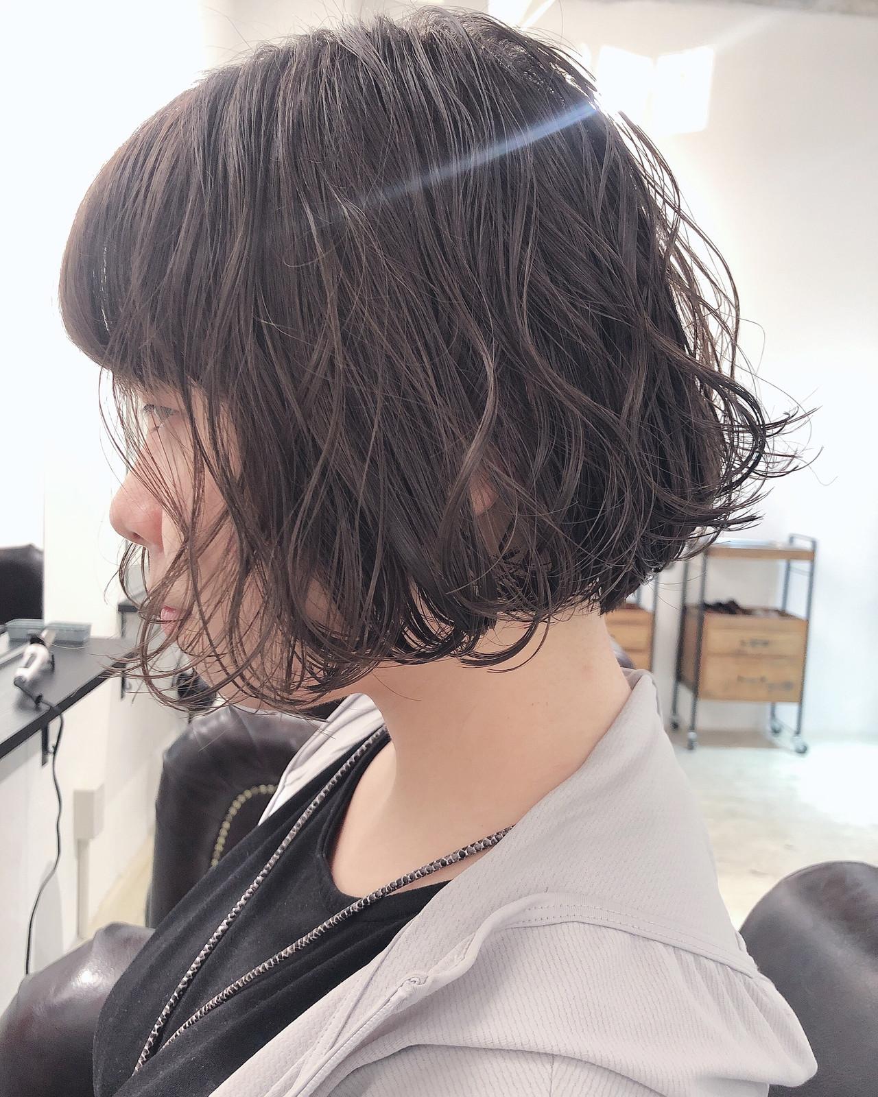 ボブ アンニュイほつれヘア グレージュ オリーブカラー ヘアスタイルや髪型の写真・画像