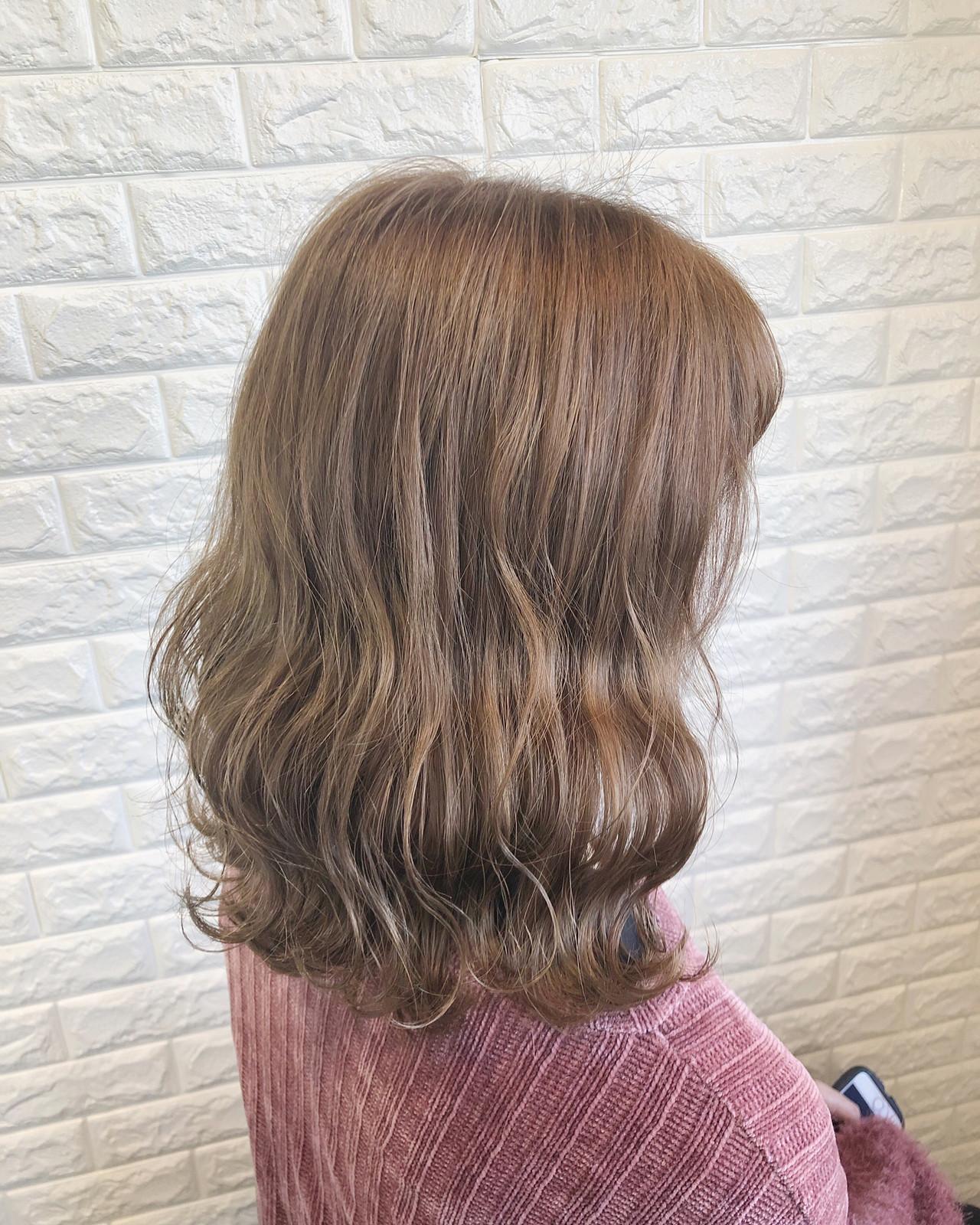 ミルクティーベージュ ミディアム イルミナカラー ナチュラル ヘアスタイルや髪型の写真・画像