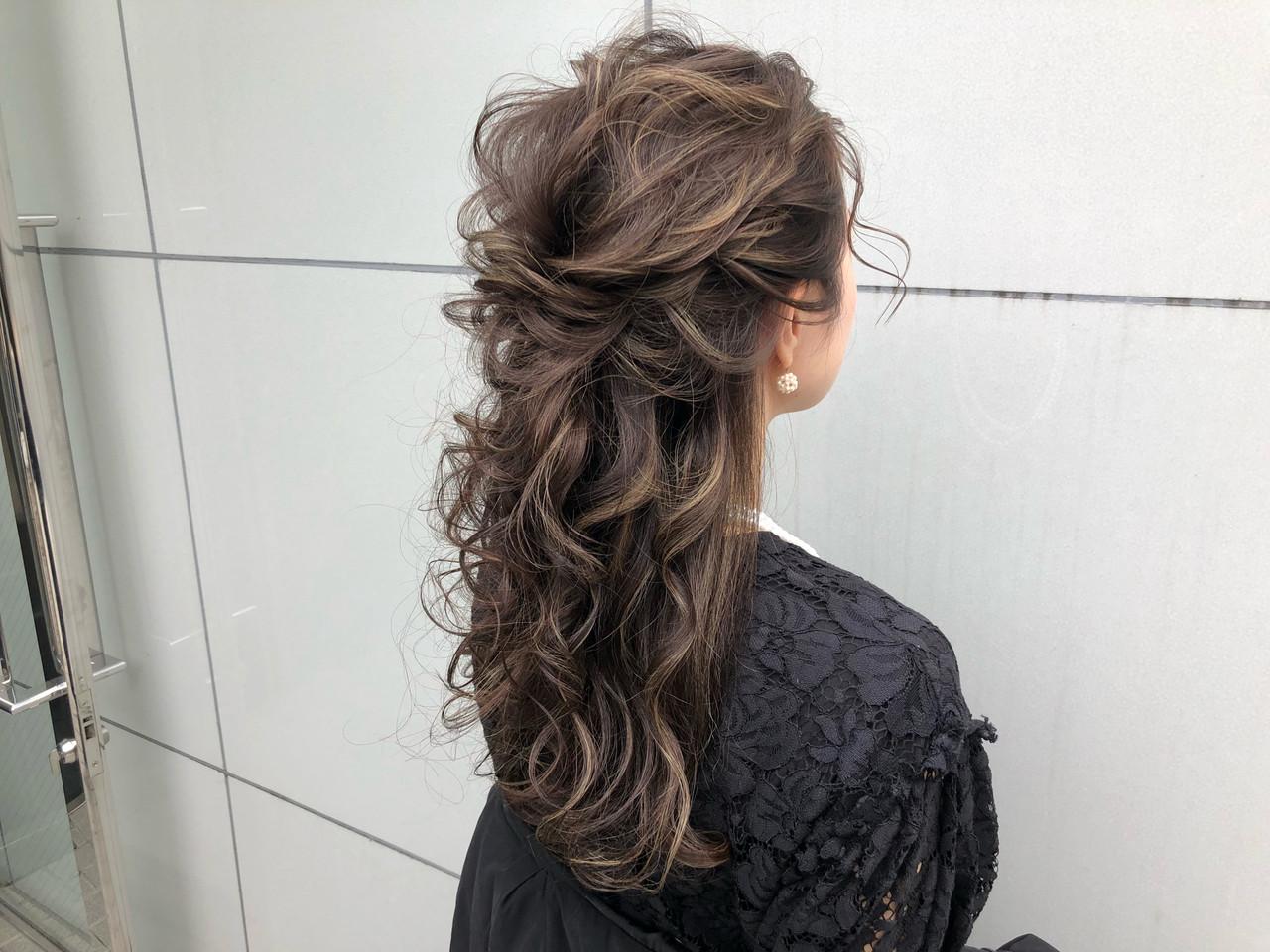 ハーフアップアレンジ✨ . . 柔らかく今っぽく仕上げたハーフアップになります?♂️ . . . . どんな髪質や髪の長さでも、『女性らしい柔らかさ』と『頭の形をよく見せるボリューム』をだせます⭕️ . . . アイロンやコテをしっかり使ったベース作りは柔らかさだけではなく、キープ力も抜群‼️ . 絶対に崩れません‼️✨ . . . . ハーフアップは、全部あげるのに抵抗がある方やカジュアルな雰囲気にしたい方にオススメ⭕️ . . . また、殆どピンは使わないので外す時も楽ちんです?✨ . . 華やかなハーフアップアレンジはお任せください‼️? . . . . ☑︎他のサロンでイメージ通りにならなかった ☑︎髪が短くてアップにできるか不安 ☑︎途中で崩れてしまった ☑︎ボリュームが出づらい ☑︎硬毛や軟毛で悩んでいる ☑︎ドレスや自分に合うスタイルが知りたい ☑︎ルーズで柔らかいスタイルが好きだけど崩れないか不安 . 等という方は是非お任せ下さい‼️ . . . 【美容師歴7年】 美容の激戦区と言われる表参道で ずっと美容師をしてきました✂️ . 常に流行の最先端を行くこのエリアで ヘアアレンジに拘りを持ち続けてきました✨ . . その結果ヘアアレンジの新規指名数No. 1‼️ HOT PEPPER BEAUTY表参道青山エリアの上位ページにもスタイルが多数✂️ . . . 華やかだけどカッチリし過ぎない‼️ シンプルなのにどこか目を惹くような柔らかいヘアアレンジが得意です?♂️✨ . . . ヘアアレンジは『可愛い』はもちろんですが、『崩れない』ことも大事にしています‼️ . . 来て頂いたお客様一人ひとりにご満足とご安心を頂けるようにこの2つは常に意識しております☘️✨ . . . . 最近はインスタを見てご来店される方が増えてます?♂️ . 『デザインが好きで!』と言って 遠い式場でも、わざわざ足を運んで頂くことが多いです?✨ . . 美容室が多い表参道エリアの中で僕を選んで頂ける事が本当に嬉しくて?♂️ その期待にお応えできるよう日々精進しています?✨ . . . ご予約は直接DM、または電話0334781457. ホットペッパービューティからお願い致します?♂️. . 早朝セットのご予約はお電話かDMからお願い致します⭐️ . . セット料金4000円.主要時間30分〜40分 早朝も4000円(現金のみ) . . . . ご新規様の他メニュー⭐️. . カット・カラー・トリートメント9240円 . カラー・トリートメント7020円 . カット・トリートメント4880円 . もちろんヘアセットと組み合わせも可能ですのでご連絡下さい?♂️ . . . 東京都渋谷区神宮前4-9-7ギャザリングコートB1 (表参道駅A2出口徒歩2分) . 美容室『CHIC表参道』 ✂️スタイリスト永田邦彦✂️