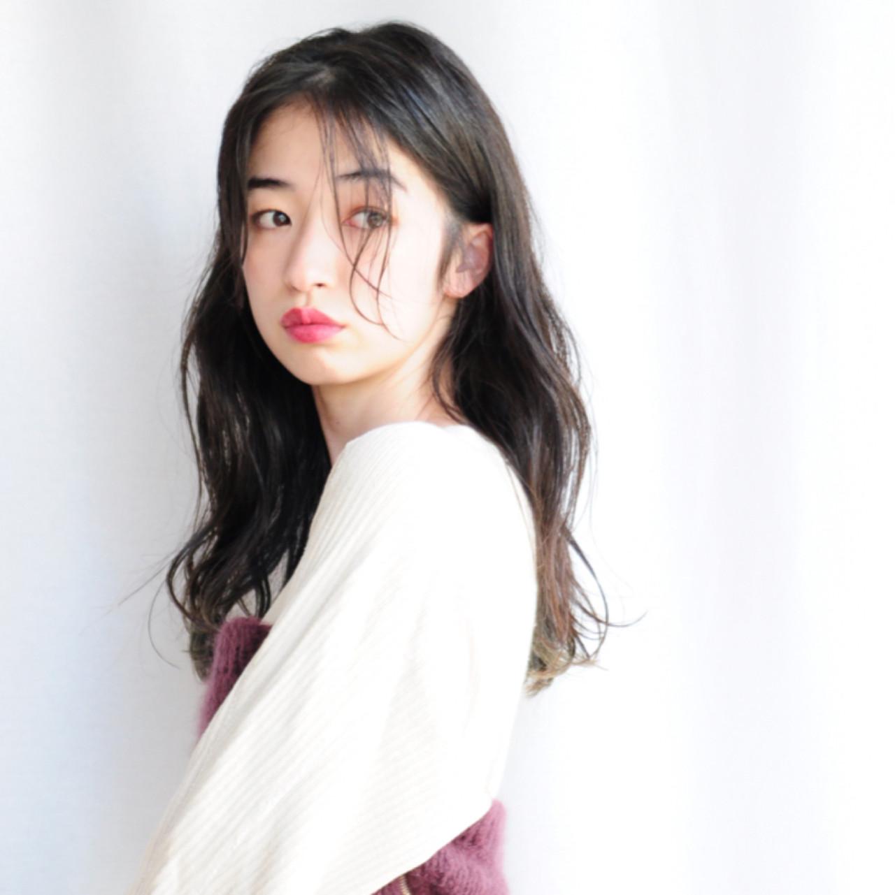 パーマ ナチュラル セミロング センターパート ヘアスタイルや髪型の写真・画像 | 小走 祥菜 / tricca daikanyama