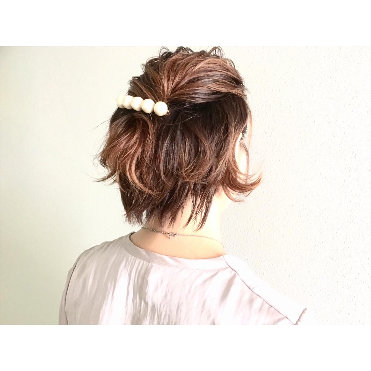 簡単ショートヘアアレンジはバリエ無限大♡短い髪でもデキる! 廣長 毅/ vamp≦diva Lull①サイドからバックにかけて髪の毛をスライスします②そのまま結んだりとめてもいいのですが、ねじりを加えると表情がでます③バレッタでとめます(ここでペタンコにならないように前もって逆毛を立てても)耳上の髪の毛でハーフアップをするとよりすっきり。スポーツをする日にもおすすめです。普段は上のほうだけルーズにまとめてちょっぴり大人っぽくしてみるのも○。