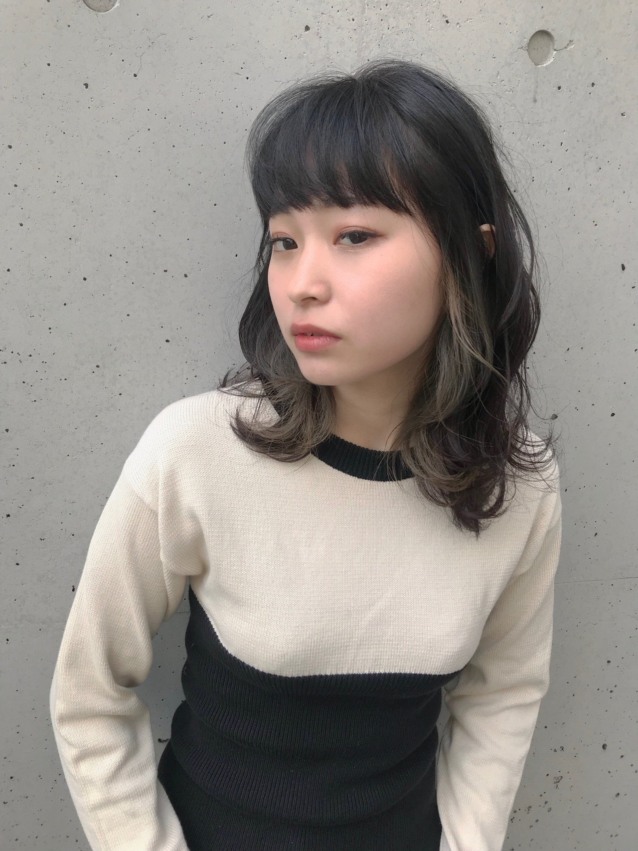 ミディアム グレージュ アッシュグレージュ フェミニン ヘアスタイルや髪型の写真・画像