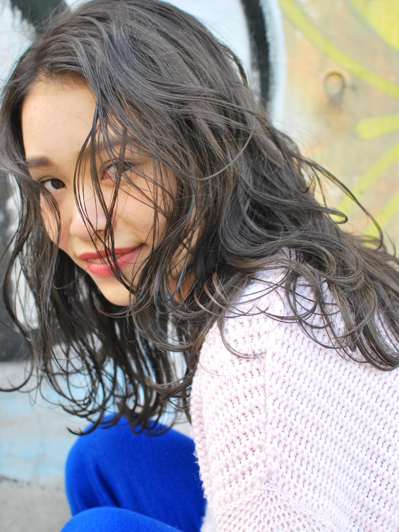 ハイライト 暗髪 アッシュ 外国人風 ヘアスタイルや髪型の写真・画像