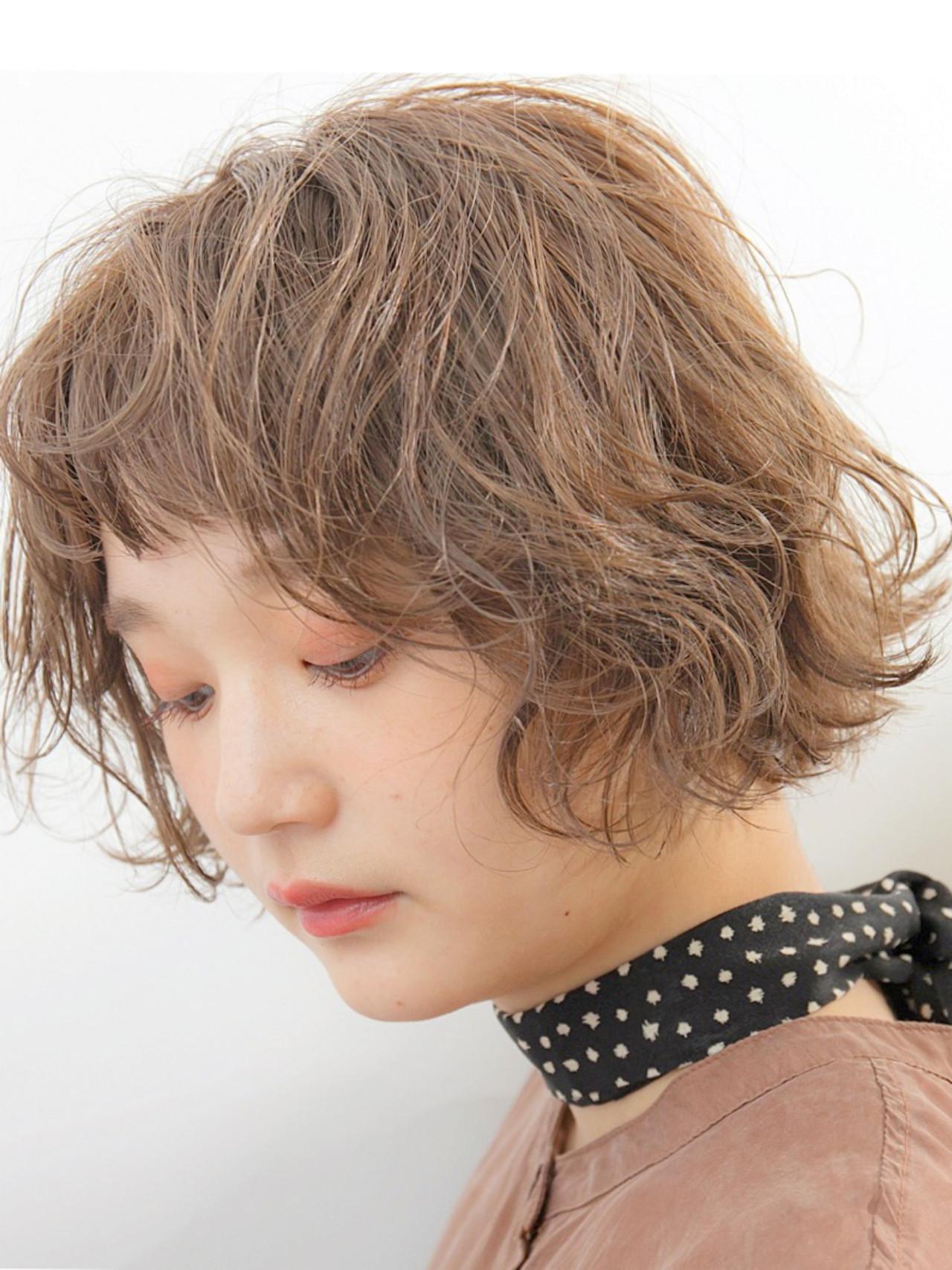 ゆるふわパーマ 無造作パーマ ミルクティーベージュ ボブ ヘアスタイルや髪型の写真・画像