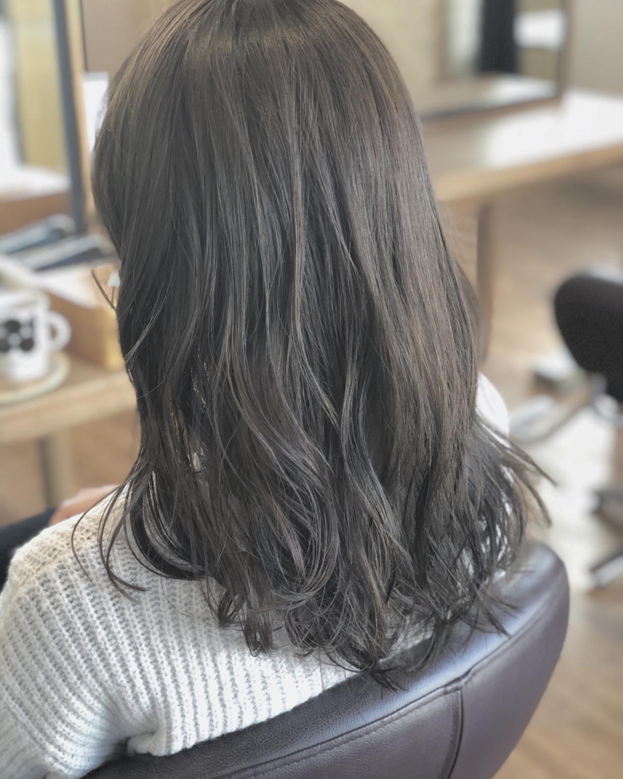 ナチュラル ウェーブ アンニュイ 暗髪 ヘアスタイルや髪型の写真・画像