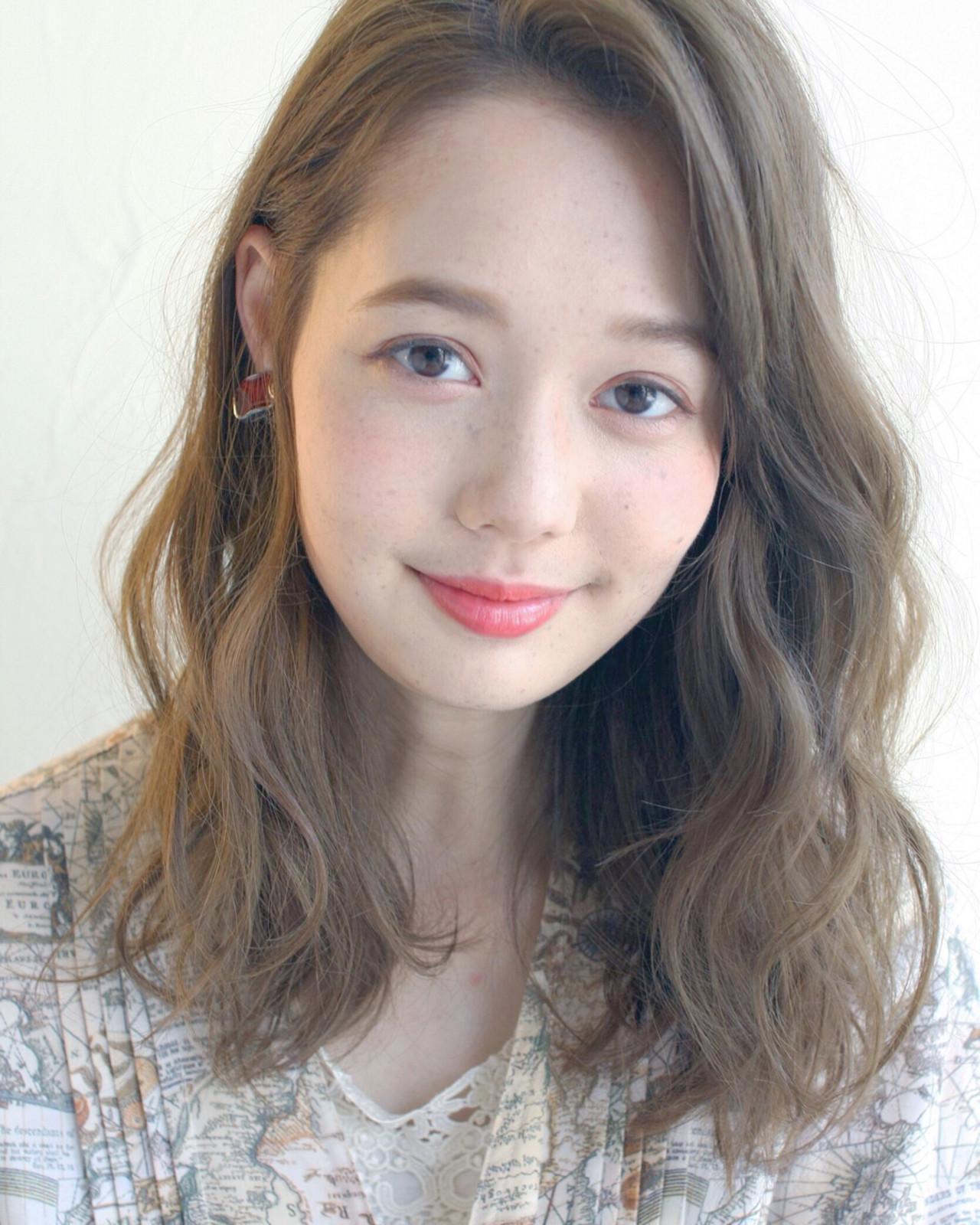 ウェーブ ミディアム 大人かわいい ナチュラル ヘアスタイルや髪型の写真・画像   Mirai / Lilou