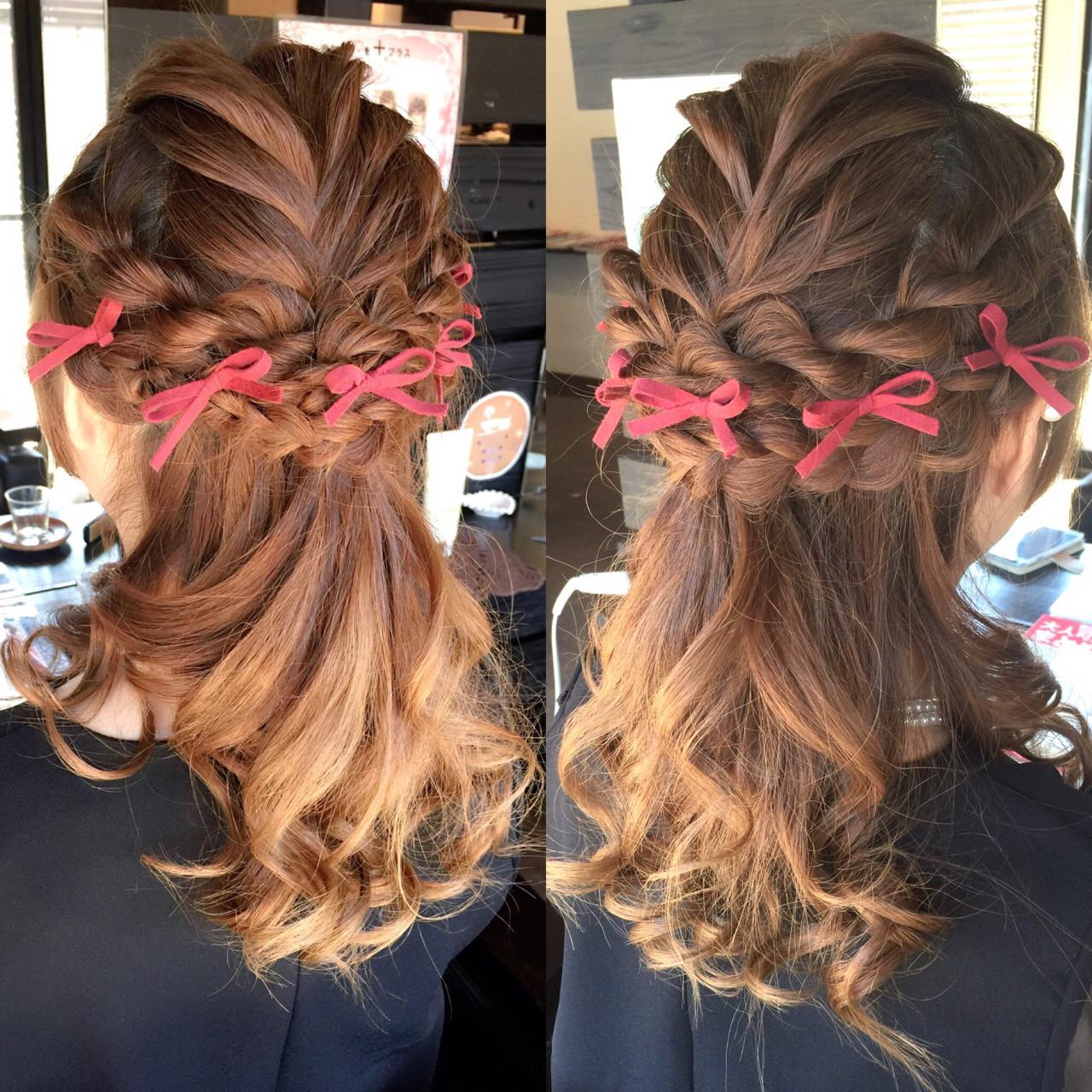①トップの髪を耳の高さまでフィッシュボーンしていきゴムでとめます。 ②サイドの髪を上下2つに分け、上の髪をツイストしていきます。 ③サイドの髪の下の髪を編み込みしていきます。 ④交差するようにピンでとめます。 ⑤耳より下をコテで巻いたら完成です!