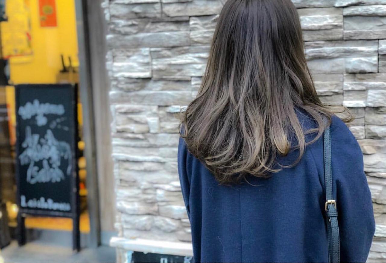 デート アッシュグレー ロング グラデーションカラー ヘアスタイルや髪型の写真・画像