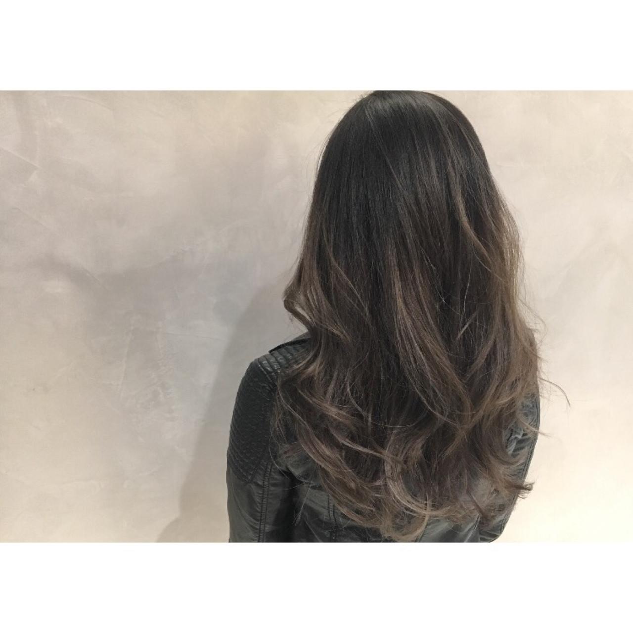 グレージュ バレイヤージュ ロング ストリート ヘアスタイルや髪型の写真・画像