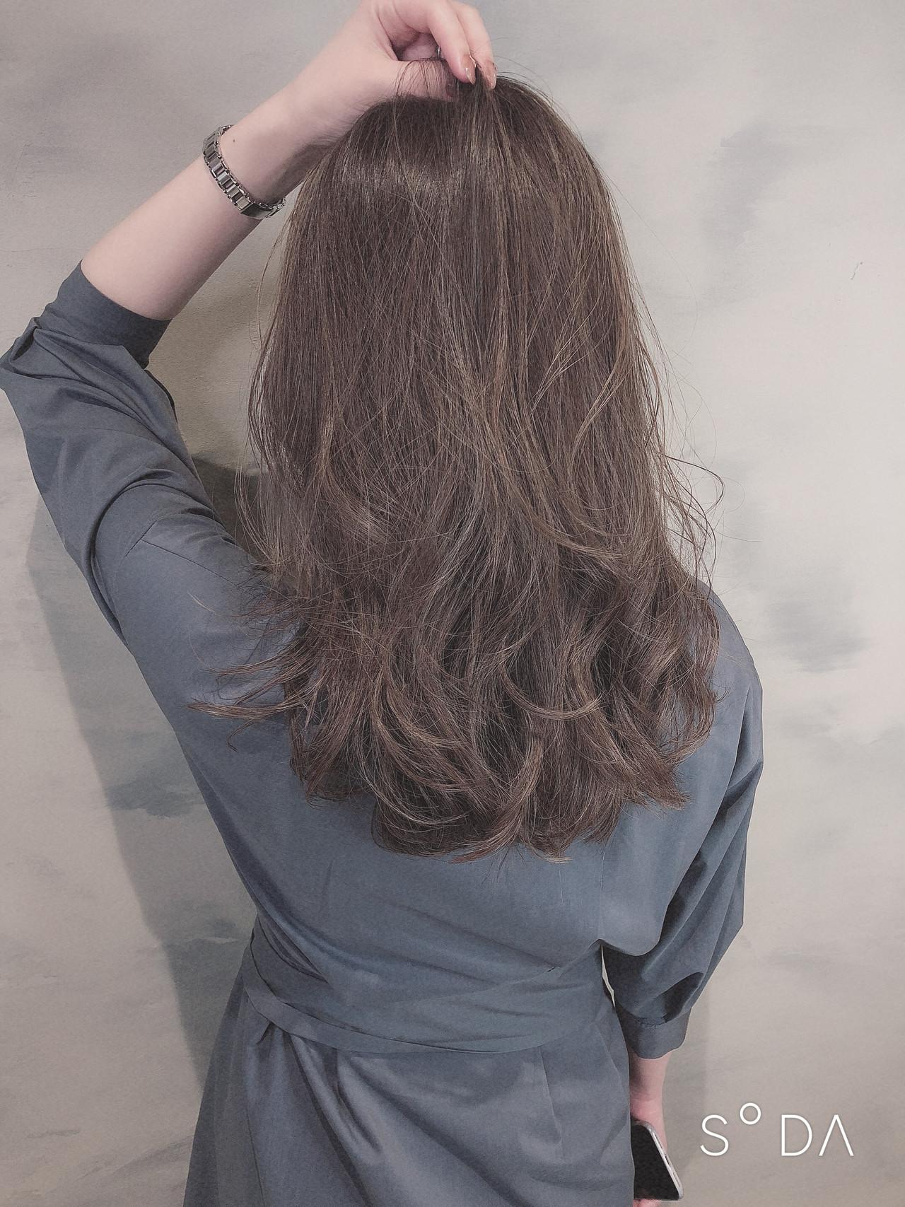 ミルクティーグレージュ セミロング アッシュグレージュ ミルクグレージュ ヘアスタイルや髪型の写真・画像