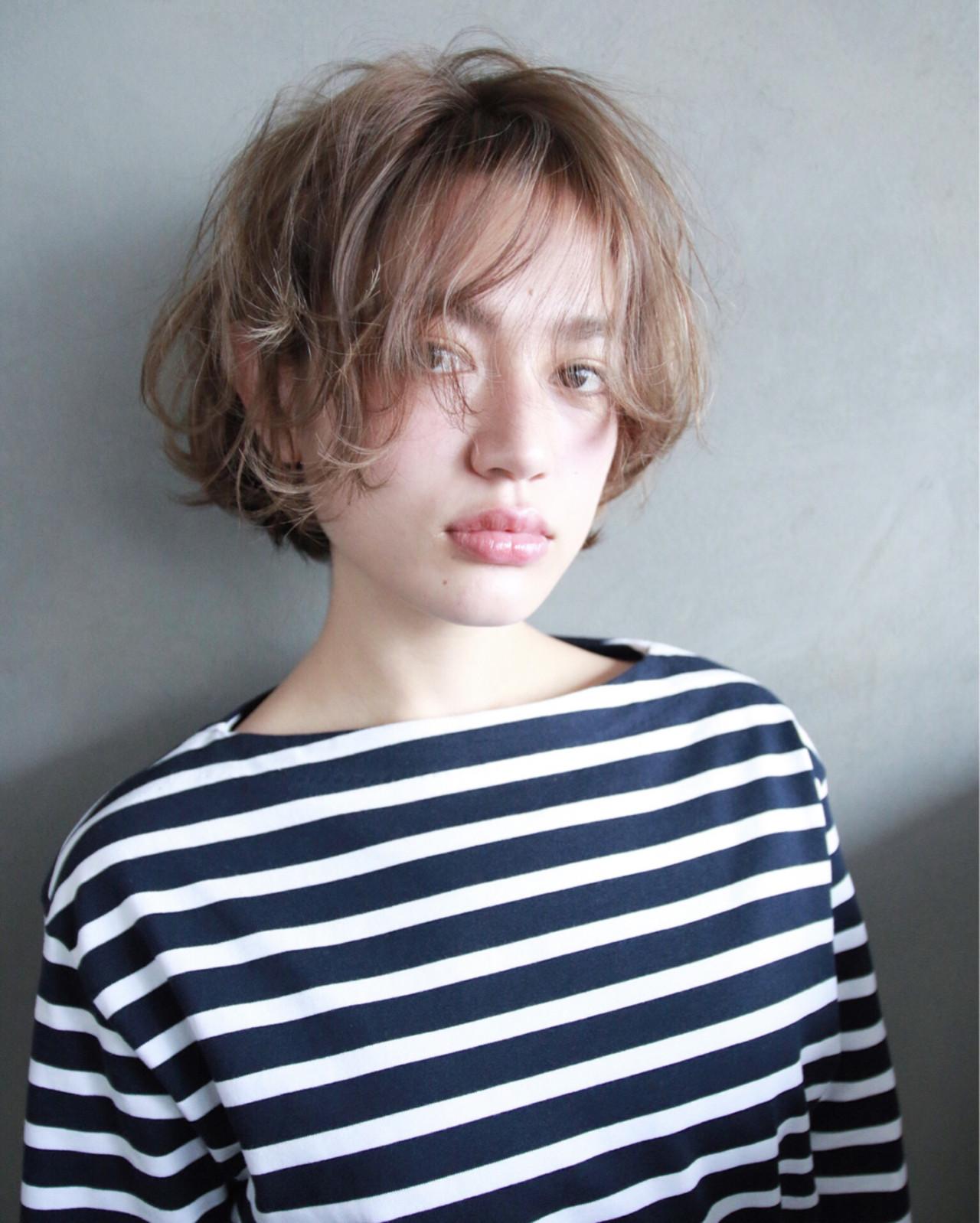 ショート ウェーブ ブラウン アッシュ ヘアスタイルや髪型の写真・画像