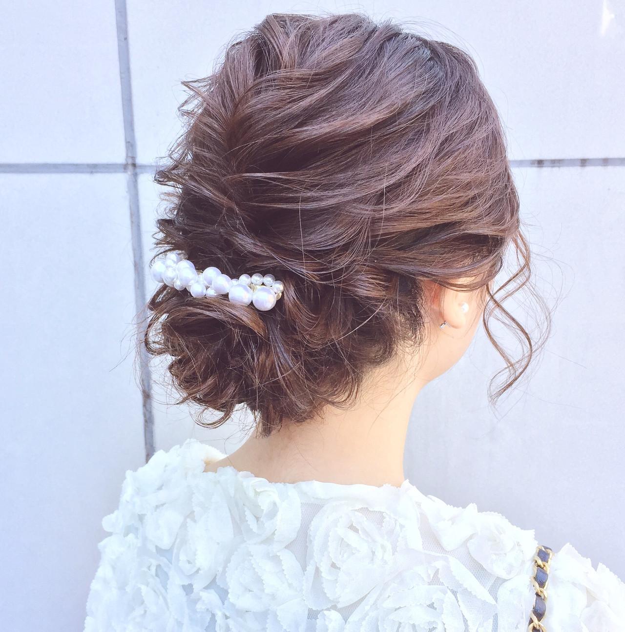 崩れない⭐️可愛い⭐️王道⭐️ のシニヨンスタイル‼️ . . . 結婚式といえば、下めシニヨンスタイル✨ . . 二次会やちょっとしたパーティにもOK?♂️✨ . . . 可愛いだけじゃなくシーンを選ばない万能性も良いです‼️✨ . . . 定番で王道だからこそ形では無く、『質感』に拘りをもってさせて頂きます?? . . . 日本人特有の髪の硬さや太さを『自然で柔らかく』見せるベース巻き⭕️ . . 軟毛・硬毛 細毛・太毛 問わず必ず柔らかい質感に致します?♂️✨ . . . . 柔らかくルーズな質感で不安なのがキープ力です‼️ . . もちろんキープ力もしっかりあります⭕️ . . 朝から夜までの大事な1日をしっかり崩れずキープ致します?♂️✨ . . . 可愛いく、崩れないヘアアレンジはお任せ下さい‼️? . . . . . ☑︎他のサロンでイメージ通りにならなかった ☑︎髪が短くてアップにできるか不安 ☑︎途中で崩れてしまった ☑︎ボリュームが出づらい ☑︎硬毛や軟毛で悩んでいる ☑︎ドレスや自分に合うスタイルが知りたい ☑︎ルーズで柔らかいスタイルが好きだけど崩れないか不安 . 等という方は是非お任せ下さい‼️ . . . . 【美容師歴7年】 美容の激戦区と言われる表参道で ずっと美容師をしてきました✂️ . 常に流行の最先端を行くこのエリアで ヘアアレンジに拘りを持ち続けてきました✨ . . その結果ヘアアレンジの新規指名数No. 1‼️ HOT PEPPER BEAUTY表参道青山エリアの上位ページにもスタイルが多数✂️ . . . 華やかだけどカッチリし過ぎない‼️ シンプルなのにどこか目を惹くような柔らかいヘアアレンジが得意です?♂️✨ . . . ヘアアレンジは『可愛い』はもちろんですが、『崩れない』ことも大事にしています‼️ . . 来て頂いたお客様一人ひとりにご満足とご安心を頂けるようにこの2つは常に意識しております☘️✨ . . . . 最近はインスタを見てご来店される方が増えてます?♂️ . 『デザインが好きで!』と言って 遠い式場でも、わざわざ足を運んで頂くことが多いです?✨ . . 美容室が多い表参道エリアの中で僕を選んで頂ける事が本当に嬉しくて?♂️ その期待にお応えできるよう日々精進しています?✨ . . . ご予約は直接DM、または電話0334781457. ホットペッパービューティからお願い致します?♂️. . 早朝セットのご予約はお電話かDMからお願い致します⭐️ . . セット料金4000円.主要時間30分〜40分 早朝も4000円(現金のみ) . . . . ご新規様の他メニュー⭐️. . カット・カラー・トリートメント9240円 . カラー・トリートメント7020円 . カット・トリートメント4880円 . もちろんヘアセットと組み合わせも可能ですのでご連絡下さい?♂️ . . . 東京都渋谷区神宮前4-9-7ギャザリングコートB1 (表参道駅A2出口徒歩2分) . 美容室『CHIC表参道』 ✂️スタイリスト永田邦彦✂️