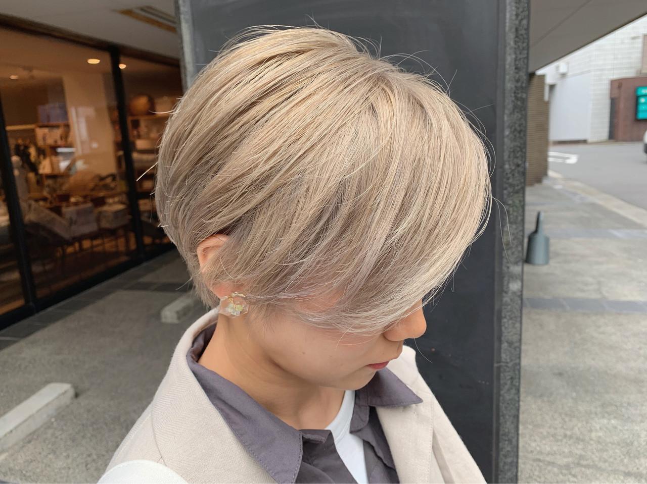 ミルクティーブラウン ショート ブロンドカラー ガーリー ヘアスタイルや髪型の写真・画像