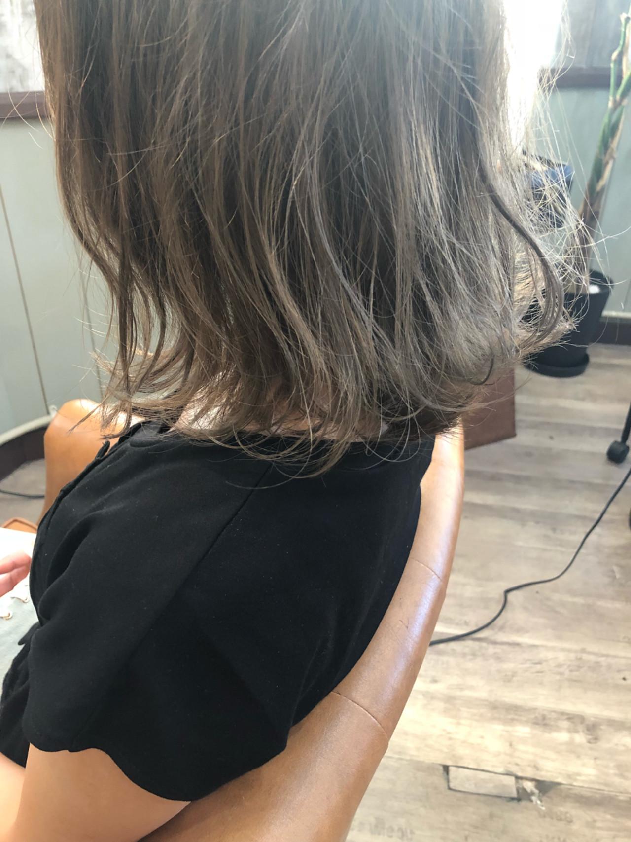 透明感 グレージュ デート アッシュ ヘアスタイルや髪型の写真・画像