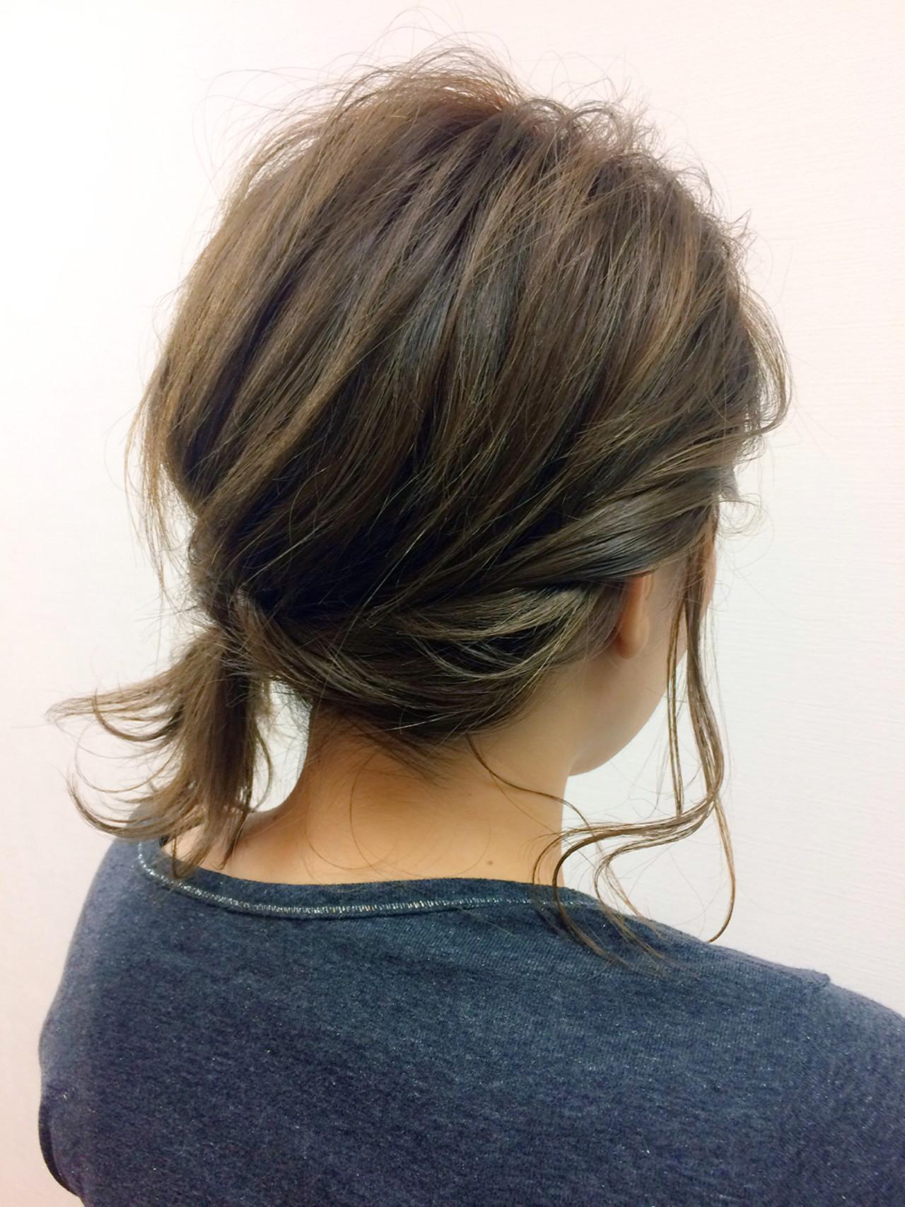 簡単ショートヘアアレンジはバリエ無限大♡短い髪でもデキる! 木下 光治/ angle①ワックスなどをつけておきます(はじめに軽く巻いておくとやりやすい)②サイドの毛束を2本取り、軽くねじります③毛束をからませてバックまでねじります④ピンでとめて、まとめますオフィスカジュアルのスタイルにも似合いそうなナチュラルなねじりアレンジ。簡単だけれども、ひとひねりな技ありスタイルです。