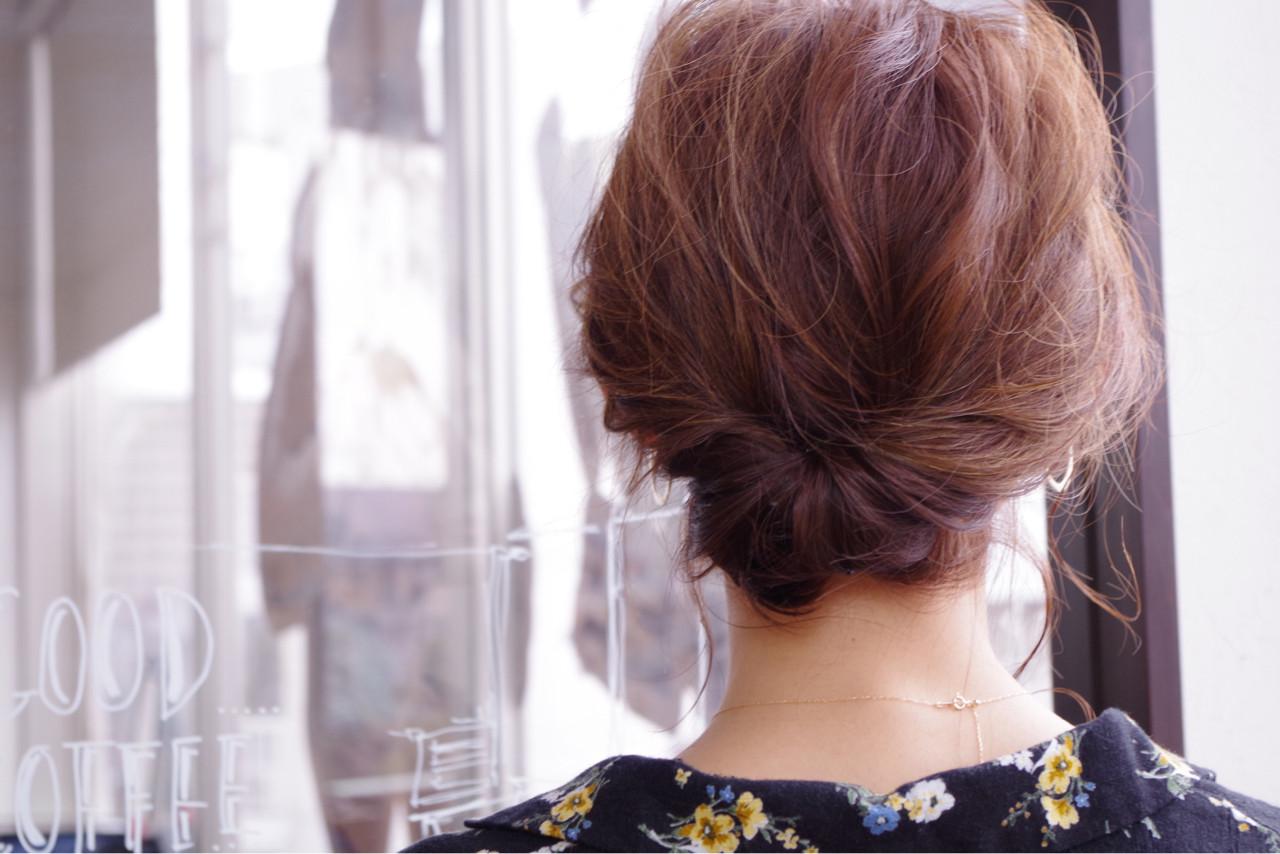 簡単ショートヘアアレンジはバリエ無限大♡短い髪でもデキる! 大越 勇嗣/ VISAGE Oak①毛先を巻いて下準備します②サイドからバックにかけて毛束をねじります③襟足でくるくるっと毛先を内側にピンでとめますルーズなアップヘアスタイルで大人の色気漂う着物コーデはいかがでしょう。くるりんぱの毛先を出さない版といったところでしょうか。