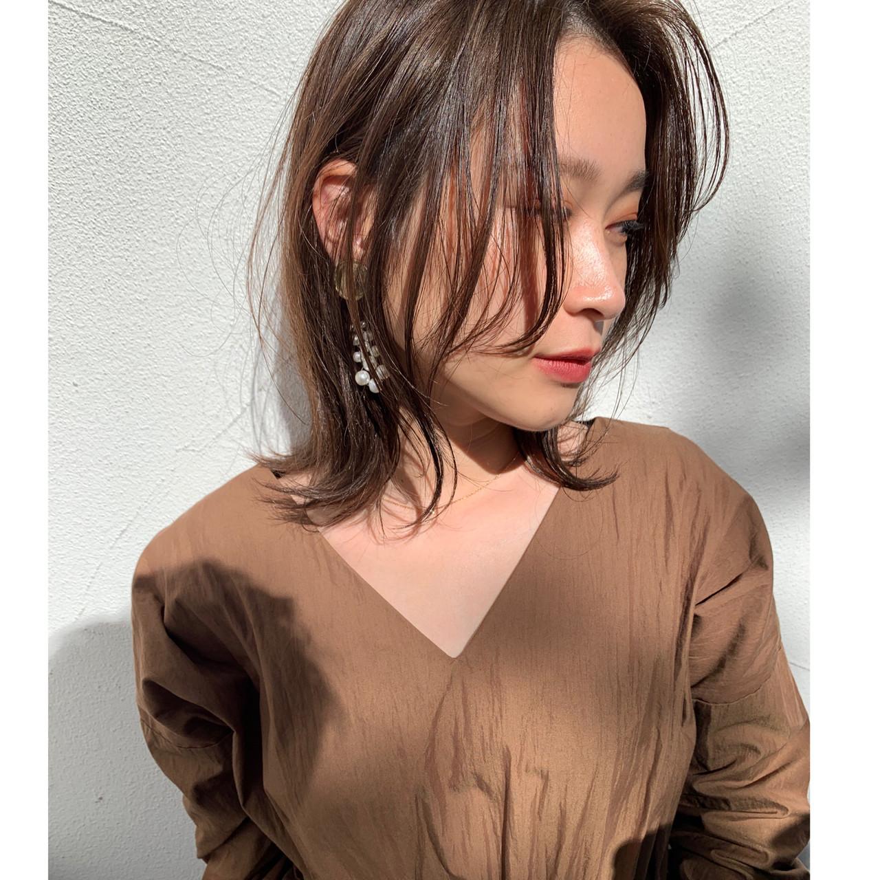 かき上げ前髪 アッシュグレージュ ミディアム グレージュ ヘアスタイルや髪型の写真・画像