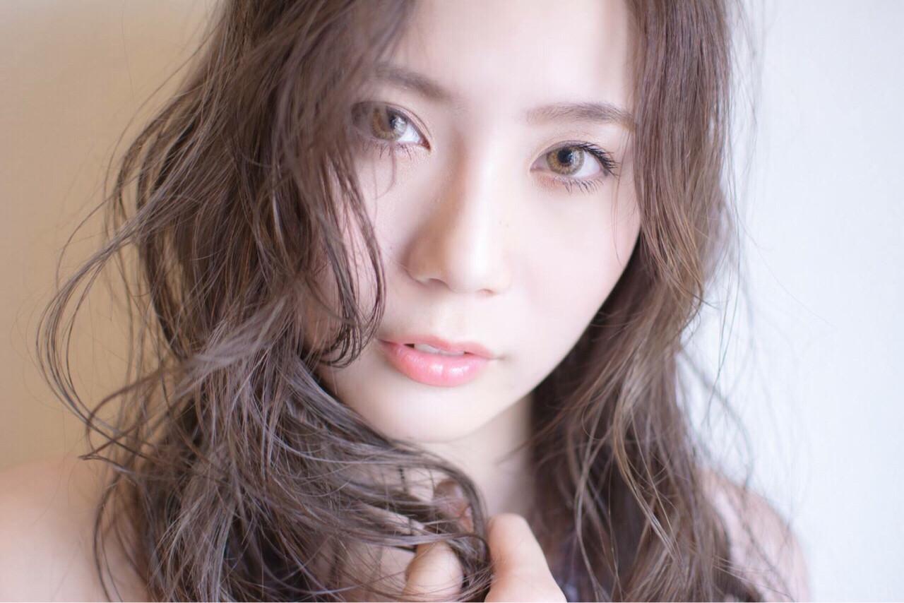グレージュ ハイライト セミロング ナチュラル ヘアスタイルや髪型の写真・画像 | 田渕 英和/vicushair / vicushair