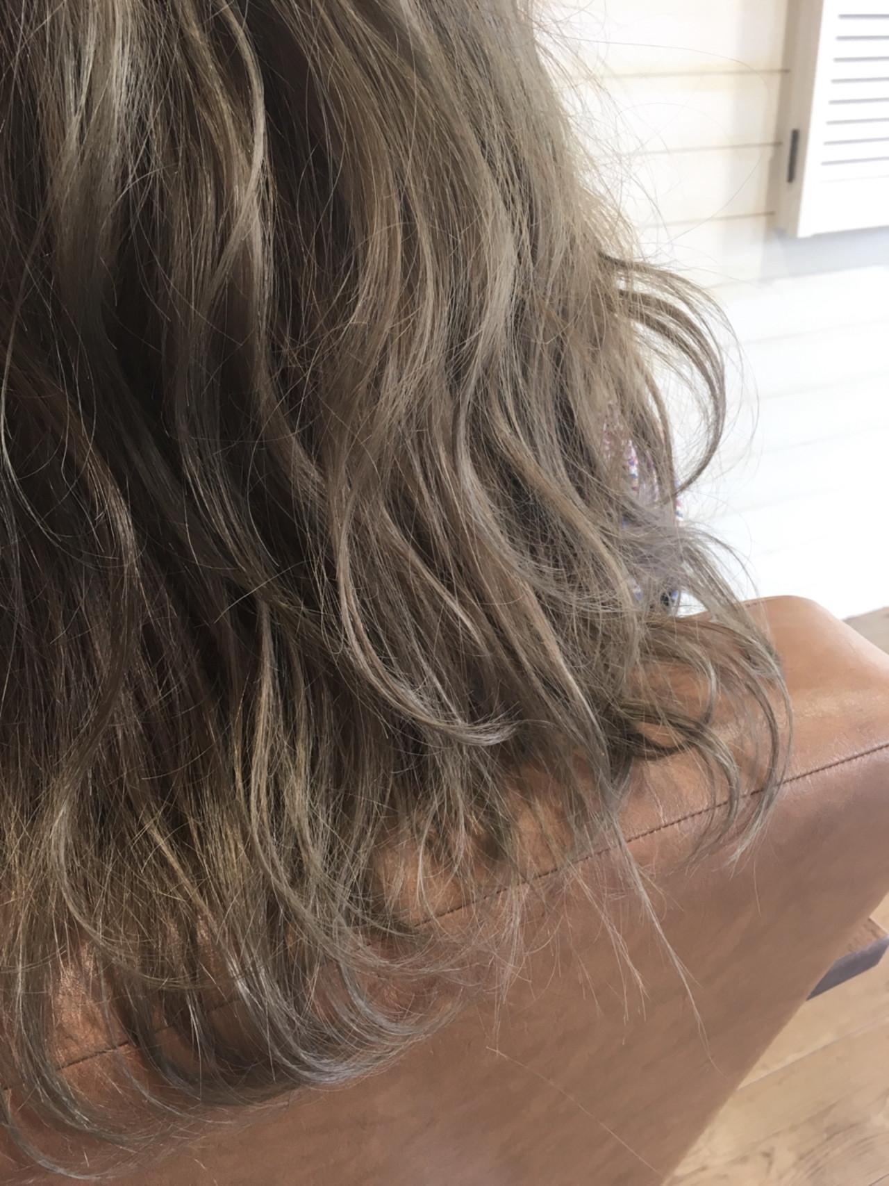 アプリエで染める事によりダブルカラーなしでこの透明感、外人風が1回で染まり、ダメージレス!! 写真の右側から自然光が入ってます! 左側は自然に見え、自然光が当たってる方は光で透けて透明感抜群です。  色はブルーアッシュで、イエローベースの方なので赤味がでやすく、色が落ちたらオレンジになりやすい髪質なのでアプリエのpcパウダーで赤味を削り、なおかつマットでより抑えてます。