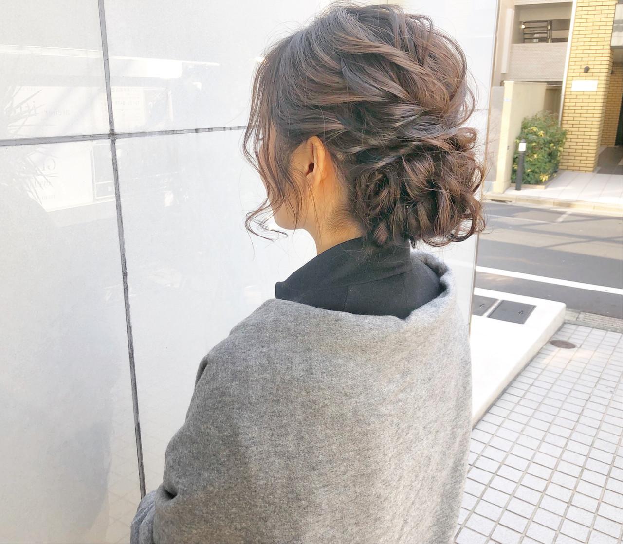 シニヨンアレンジ✨ . カッチリせず抜け感のあるアレンジスタイルにしております? . . . シンプルなのに目を惹く様なスタイルが今っぽいアレンジです‼️ . . . 作りがシンプルな分、 『フォルム』と『質感』には、しっかりと拘りを持って作っています‼️ . . . ⭕️女性らしい曲線的で丸みのあるフォルム!毛量が多い方でも少ない方でもヘアセットでは誰もが綺麗なフォルム(形)になれるんです✨ . . . ⭕️黒髪やハイトーンなど髪色に合わせた波ウェーブや編み込みでの質感チェンジ✨ . . . 組み合わせで、その人に合ったヘアアレンジを致します! . . . ワンランク上の素敵なヘアアレンジをしてみませんか❓? . . . . ☑︎他のサロンでイメージ通りにならなかった ☑︎髪が短くてアップにできるか不安 ☑︎途中で崩れてしまった ☑︎ボリュームが出づらい ☑︎硬毛や軟毛で悩んでいる ☑︎ドレスや自分に合うスタイルが知りたい ☑︎ルーズで柔らかいスタイルが好きだけど崩れないか不安 . 等という方は是非お任せ下さい‼️ . . . 【美容師歴7年】 美容の激戦区と言われる表参道で ずっと美容師をしてきました✂️ . 常に流行の最先端を行くこのエリアで ヘアアレンジに拘りを持ち続けてきました✨ . . その結果ヘアアレンジの新規指名数No. 1‼️ HOT PEPPER BEAUTY表参道青山エリアの上位ページにもスタイルが多数✂️ . . . 華やかだけどカッチリし過ぎない‼️ シンプルなのにどこか目を惹くような柔らかいヘアアレンジが得意です?♂️✨ . . . ヘアアレンジは『可愛い』はもちろんですが、『崩れない』ことも大事にしています‼️ . . 来て頂いたお客様一人ひとりにご満足とご安心を頂けるようにこの2つは常に意識しております☘️✨ . . . . 最近はインスタを見てご来店される方が増えてます?♂️ . 『デザインが好きで!』と言って 遠い式場でも、わざわざ足を運んで頂くことが多いです?✨ . . 美容室が多い表参道エリアの中で僕を選んで頂ける事が本当に嬉しくて?♂️ その期待にお応えできるよう日々精進しています?✨ . . . ご予約は直接DM、または電話0334781457. ホットペッパービューティからお願い致します?♂️. . 早朝セットのご予約はお電話かDMからお願い致します⭐️ . . セット料金4000円.主要時間30分〜40分 早朝も4000円(現金のみ) . . . . ご新規様の他メニュー⭐️. . カット・カラー・トリートメント9240円 . カラー・トリートメント7020円 . カット・トリートメント4880円 . もちろんヘアセットと組み合わせも可能ですのでご連絡下さい?♂️ . . . 東京都渋谷区神宮前4-9-7ギャザリングコートB1 (表参道駅A2出口徒歩2分) . 美容室『CHIC表参道』 ✂️スタイリスト永田邦彦✂️