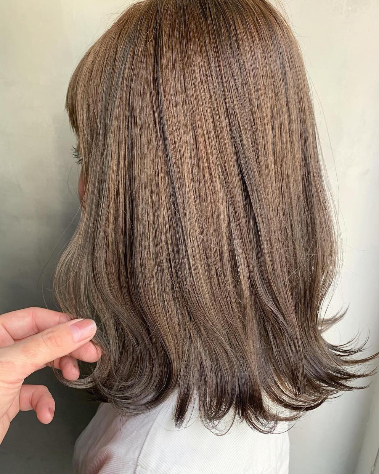 ローライト スモーキーアッシュベージュ 波ウェーブ アッシュベージュ ヘアスタイルや髪型の写真・画像