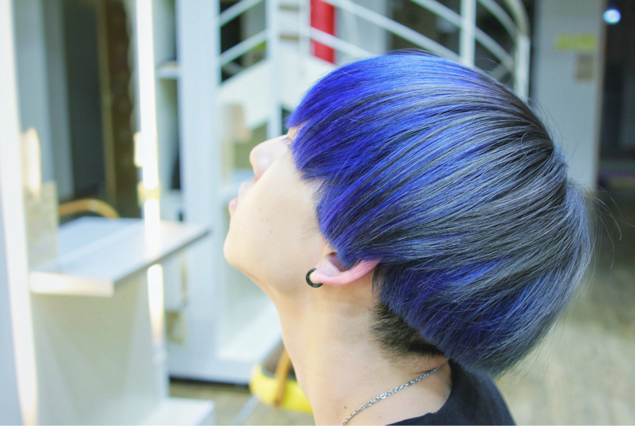 鮮やかな青髪のマッシュヘアスタイル