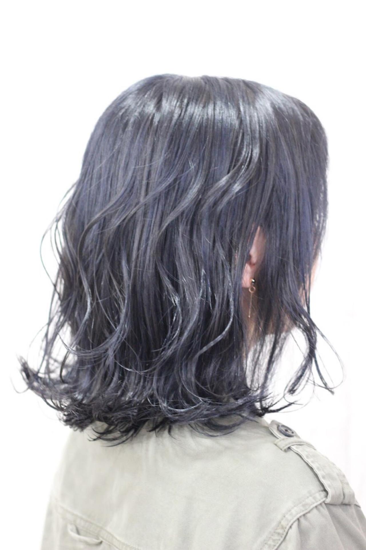 最近人気の暗髪ハイライト( ̄▽ ̄) ベースは黒っぽいグレーにネイビーのハイライト☆ 当店一押しのアディクシーカラーでございます♩
