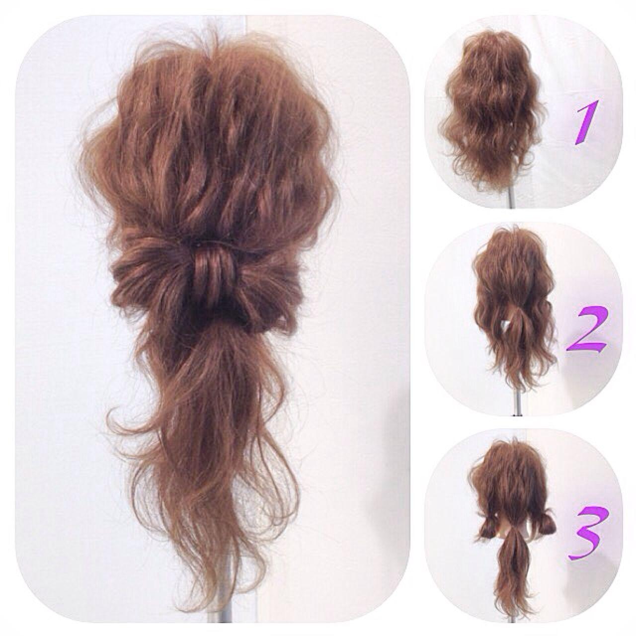 髪を巻いておきます。全体をざっくり3つに分けて、真ん中をポニーテールにします。残ったサイドの髪を、輪っかをつくるようにして結びます。両サイドの輪っかを、ポニーテールの結び目に重ねます。リボンの形になるように重ねてください。ポニーテールの表面の髪をすくって、リボンの真ん中に巻きつけます。毛先をポニーテールのゴムの中にくるりんぱして入れ込むイメージです。形を整えて完成! 憧れのリボン結びヘアアレンジがこんなに簡単に♡すぐにでも試してみたくなりますね!