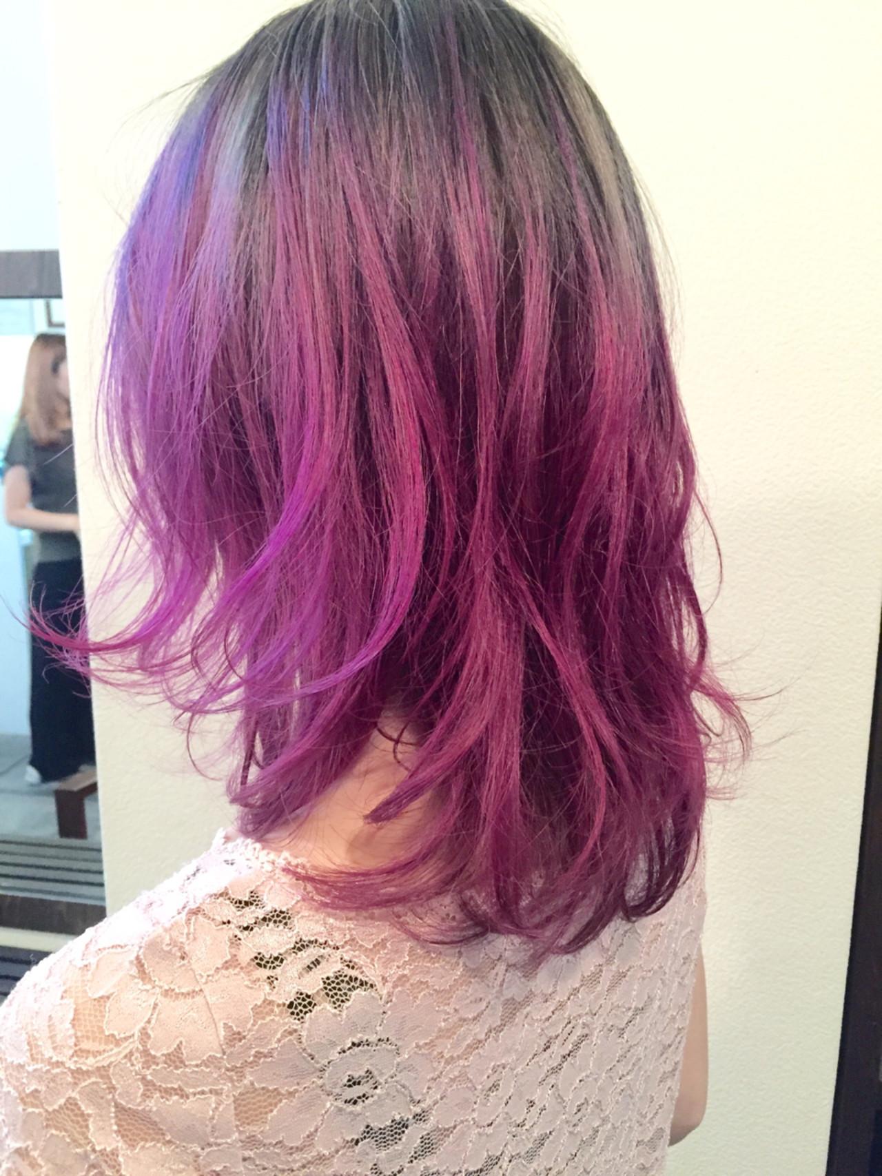 ミディアム レッド ストリート ピンク ヘアスタイルや髪型の写真・画像