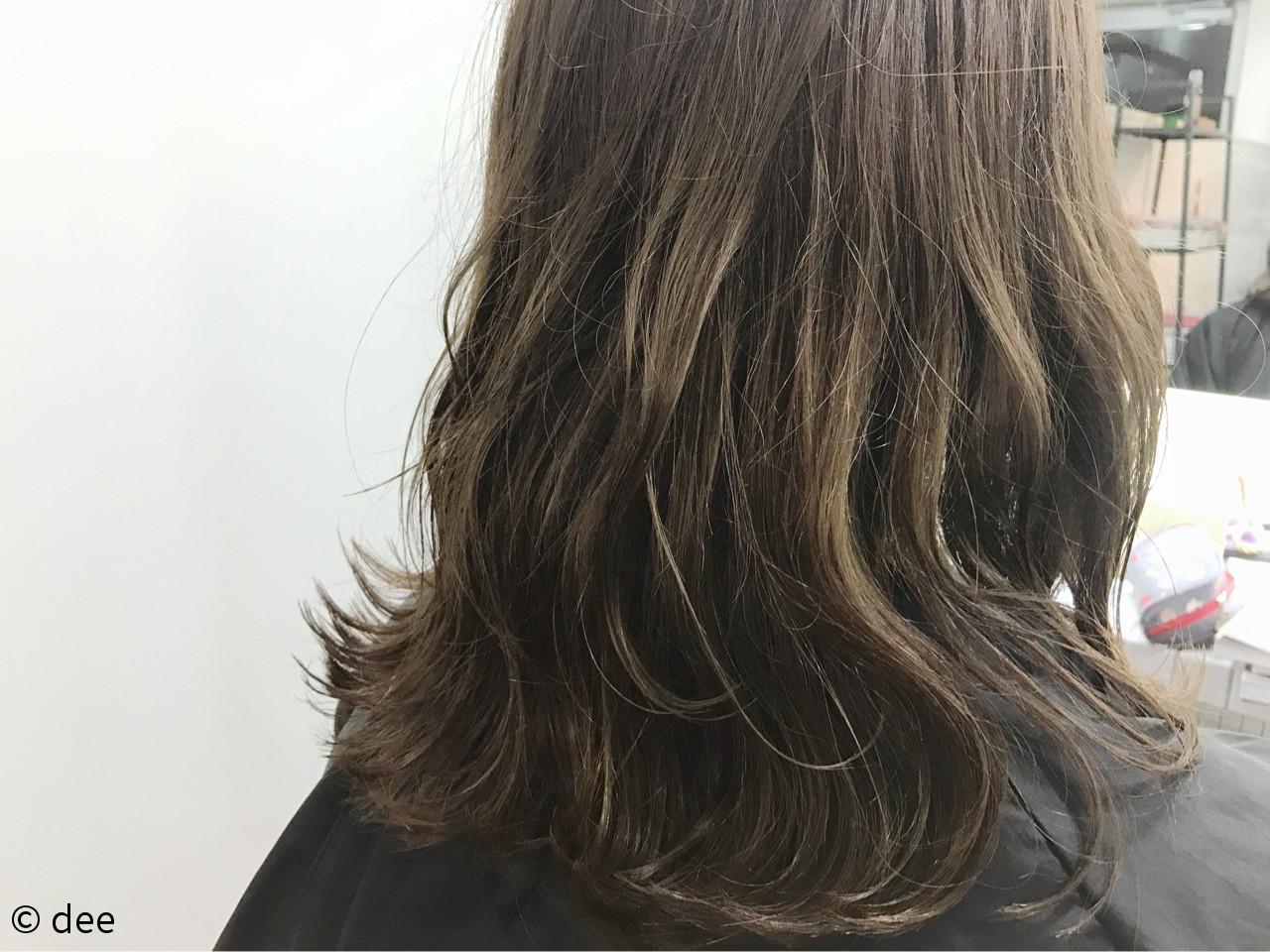 グレージュ ウェットヘア ナチュラル ミディアム ヘアスタイルや髪型の写真・画像 | dee / dee