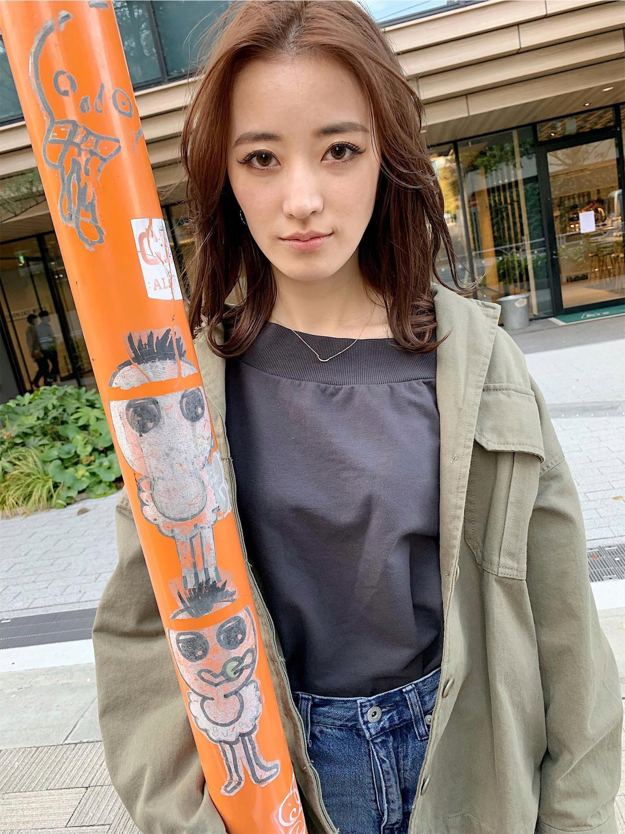 ミディアム ナチュラル デート センターパート ヘアスタイルや髪型の写真・画像