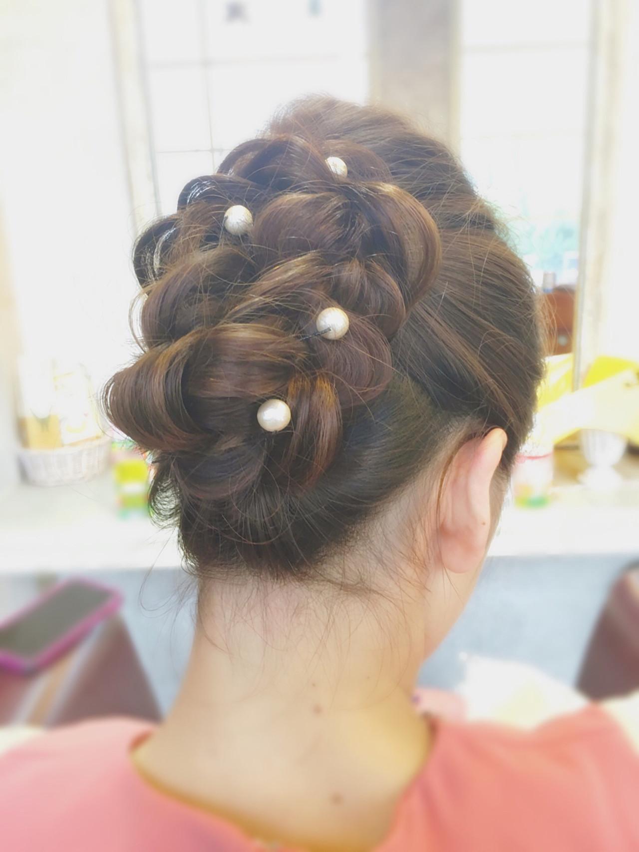 簡単ショートヘアアレンジはバリエ無限大♡短い髪でもデキる! さかい/ CUE−TICE.①トップの髪はポンパドール風にアップします②サイドの髪をまとめます(短い場合はねじり×ピンで)③襟足の毛束もアップにします。このときピンは見えてもOK④つけ毛を三つ編みにして、くるっとバランスを整えます⑤ピンでつけ毛をとめます。先ほど3で見えていたピンはここで隠れます⑥ヘアアクセで仕上げますすっきりした襟足は和装によく合いますよね。ショートヘアでもアップスタイルをあきらめないで。短い毛もすこしずつねじって止めればアップにできますし、パートを分けてアップにすれば崩れにくく仕上がります。