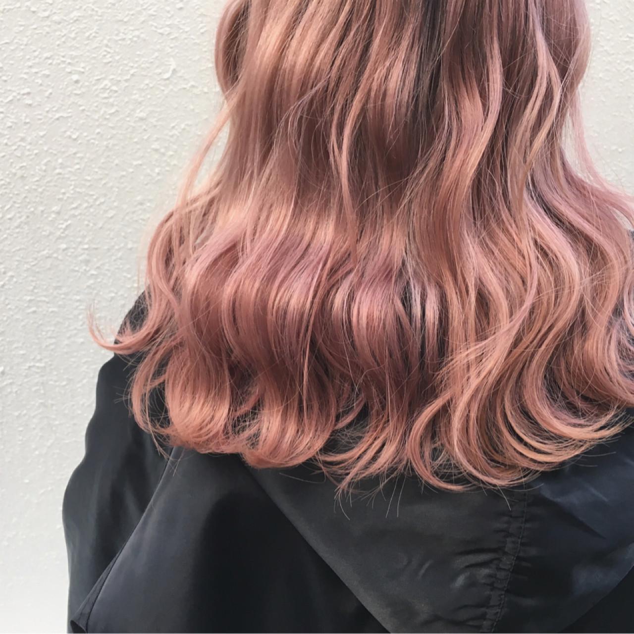 ハイトーン ロング ベージュ 波ウェーブ ヘアスタイルや髪型の写真・画像